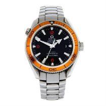 OMEGA - a stainless steel Seamaster Planet Ocean bracelet watch, 40mm.