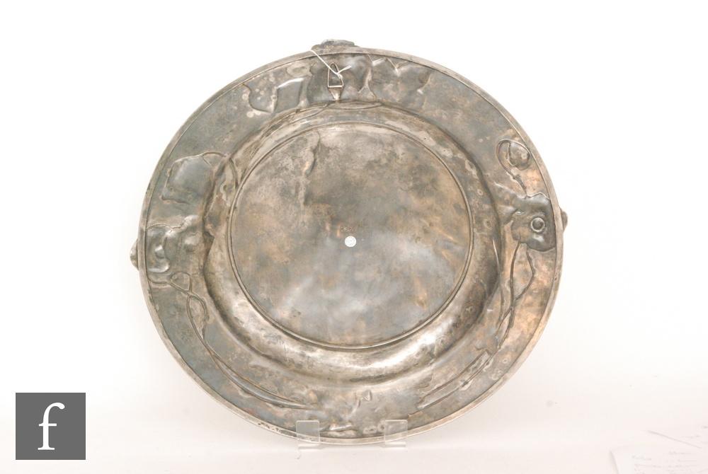 WMF (Wurttembergische Metallwarenfabrik) - An early 20th Century circular pewter charger - Image 7 of 8