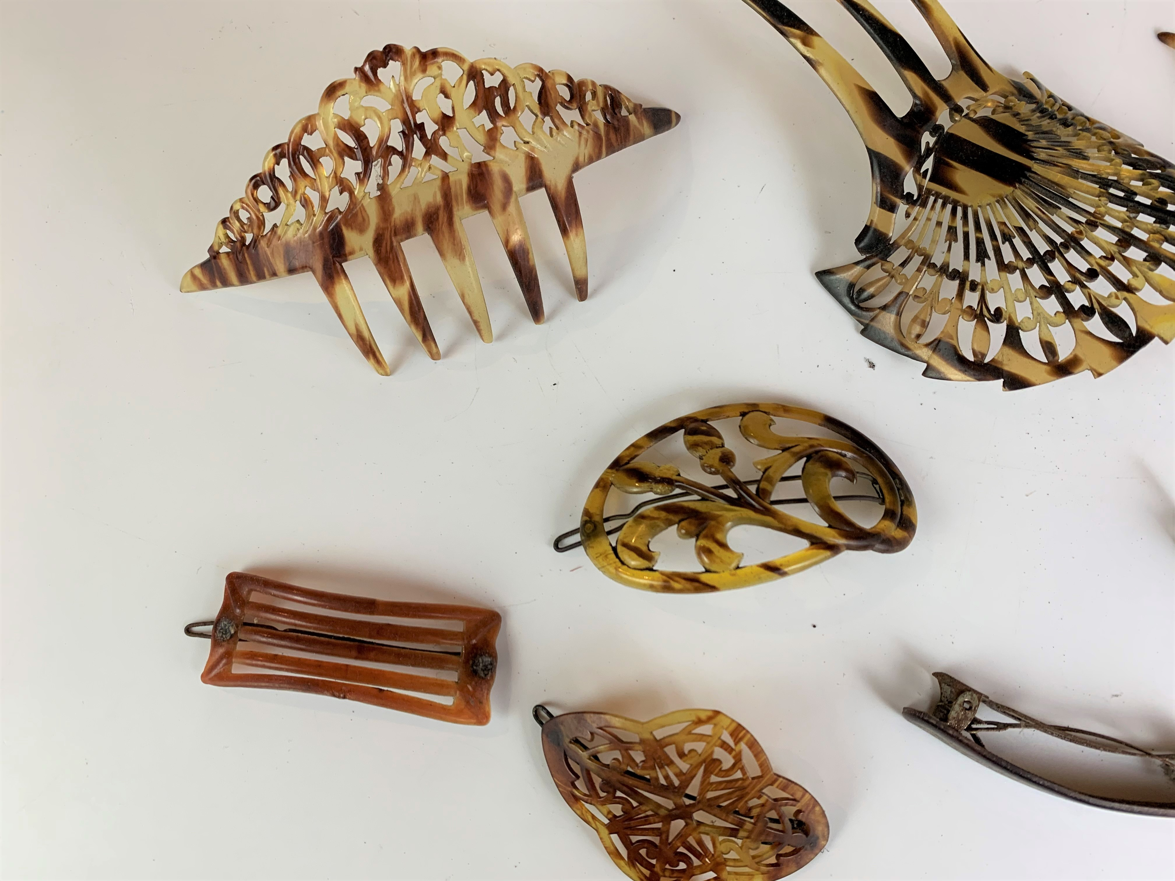 6 vintage hair clips and 3 vintage hair combs - Image 2 of 5