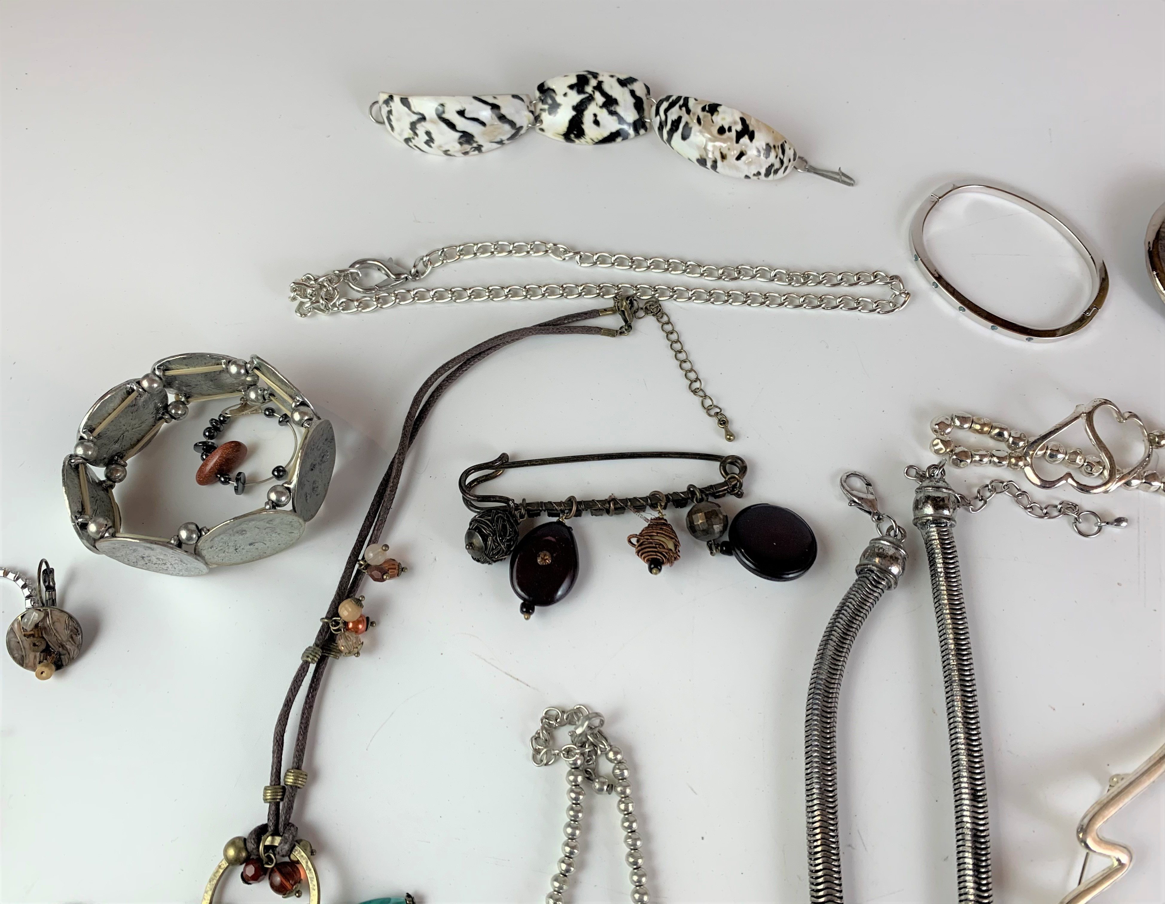 Large bag of assorted dress jewellery including necklaces, bracelets, watch, brooches etc. - Image 7 of 7