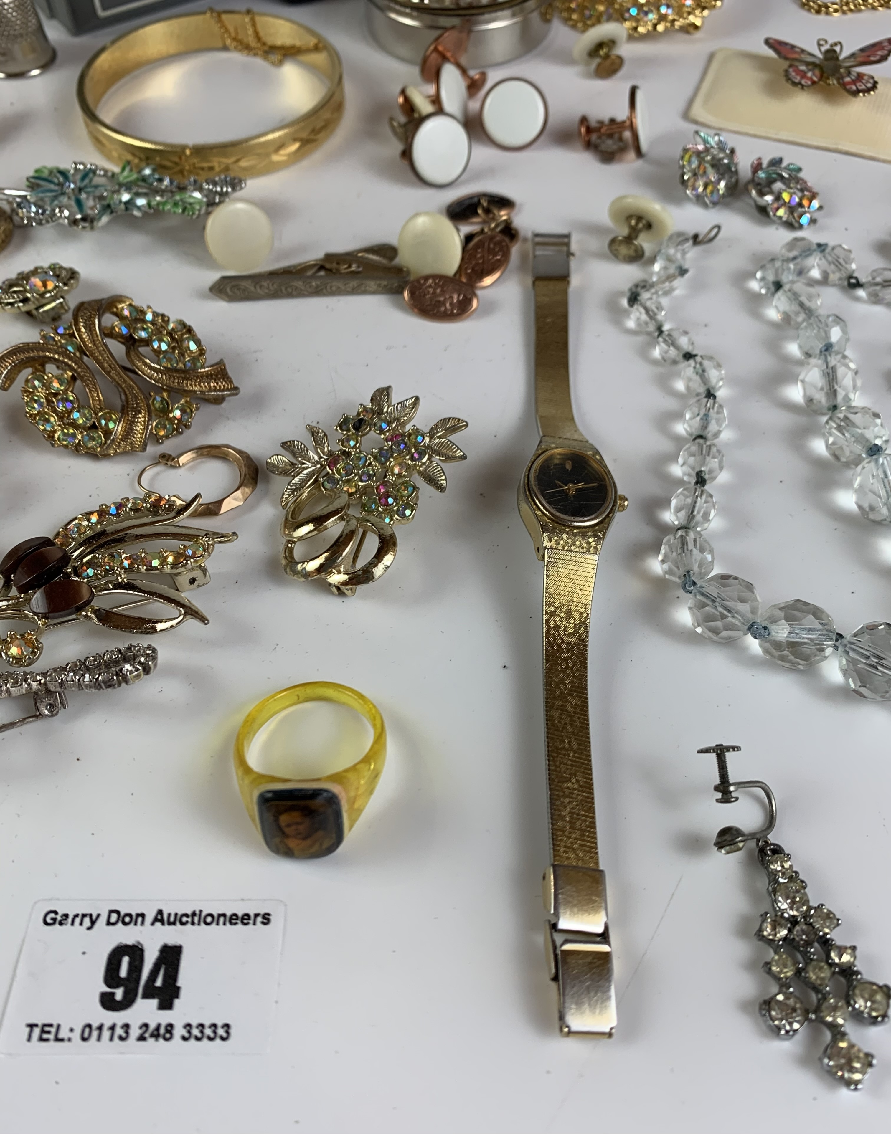 Large bag of assorted dress jewellery including necklaces, bracelets, brooches, earrings etc. - Image 6 of 11