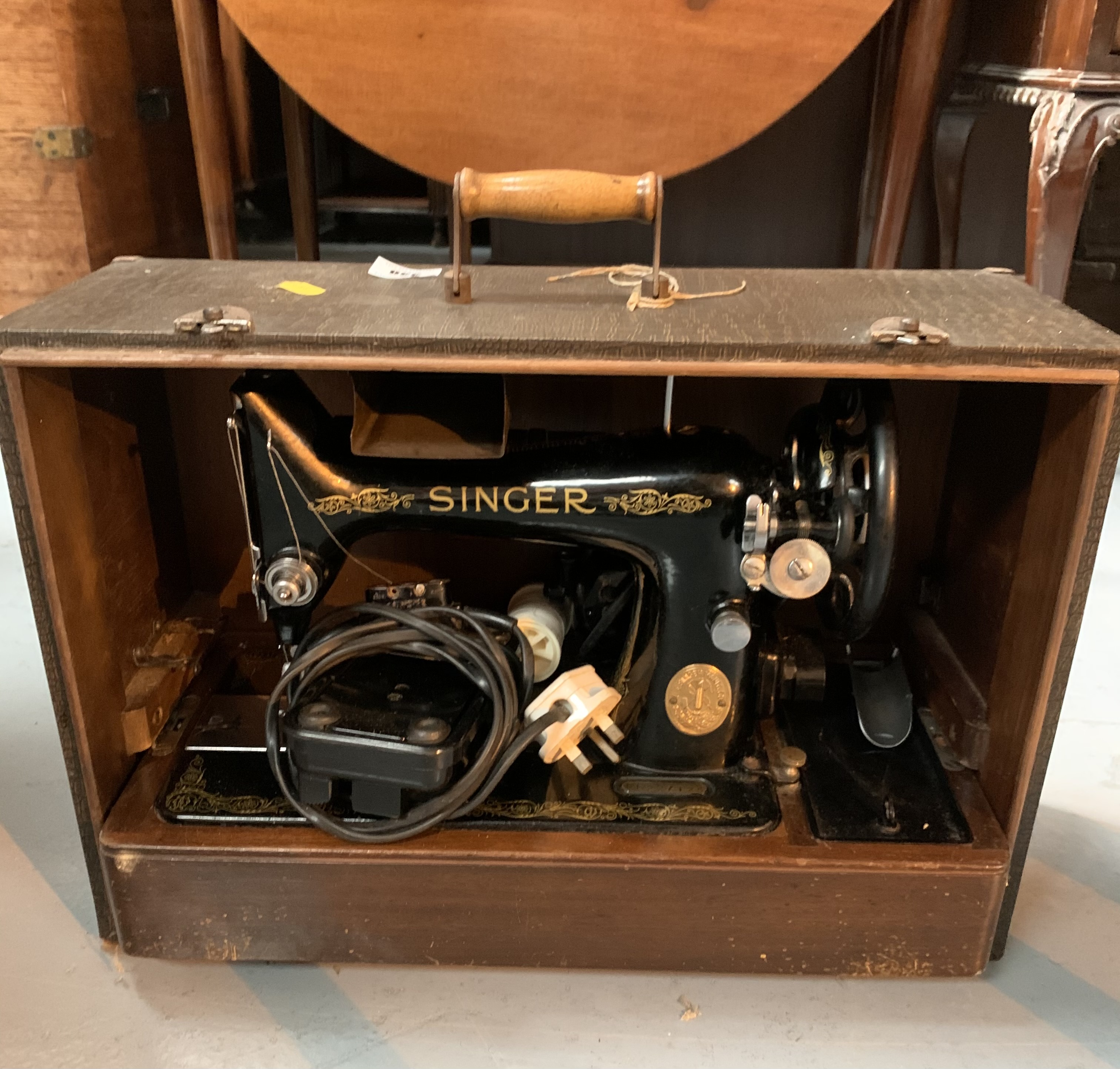 Singer sewing machine in case with accessories - Image 3 of 4