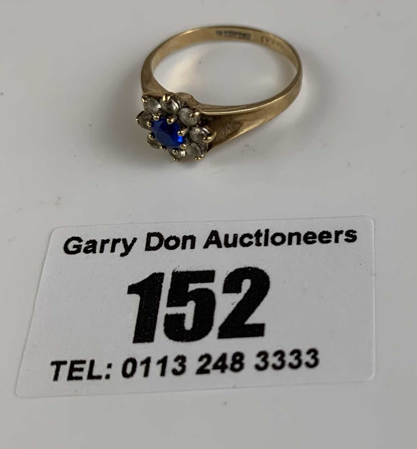 9k gold ring with blue and white stones, size K/L, w: 2 gms