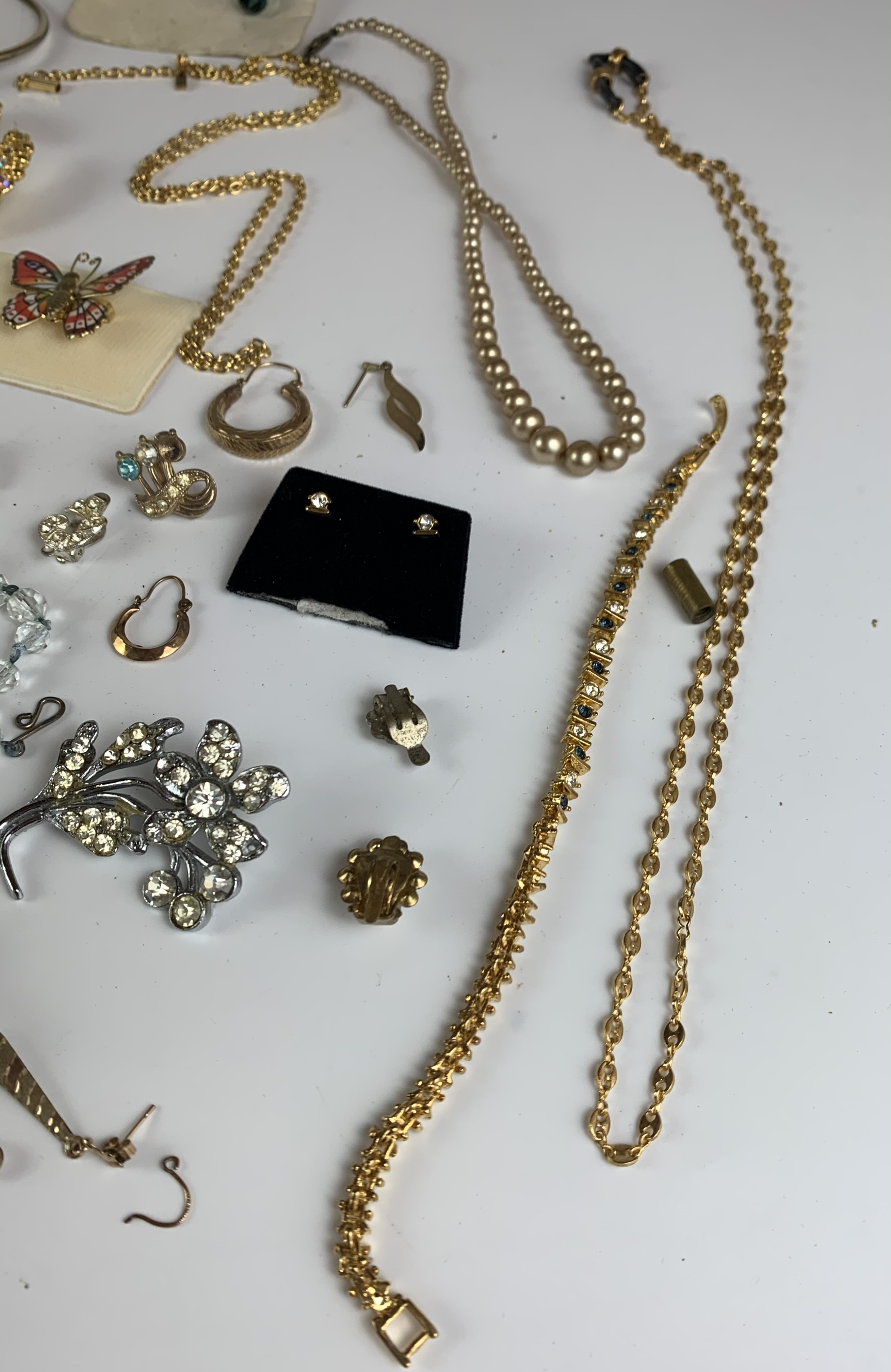 Large bag of assorted dress jewellery including necklaces, bracelets, brooches, earrings etc. - Image 10 of 11