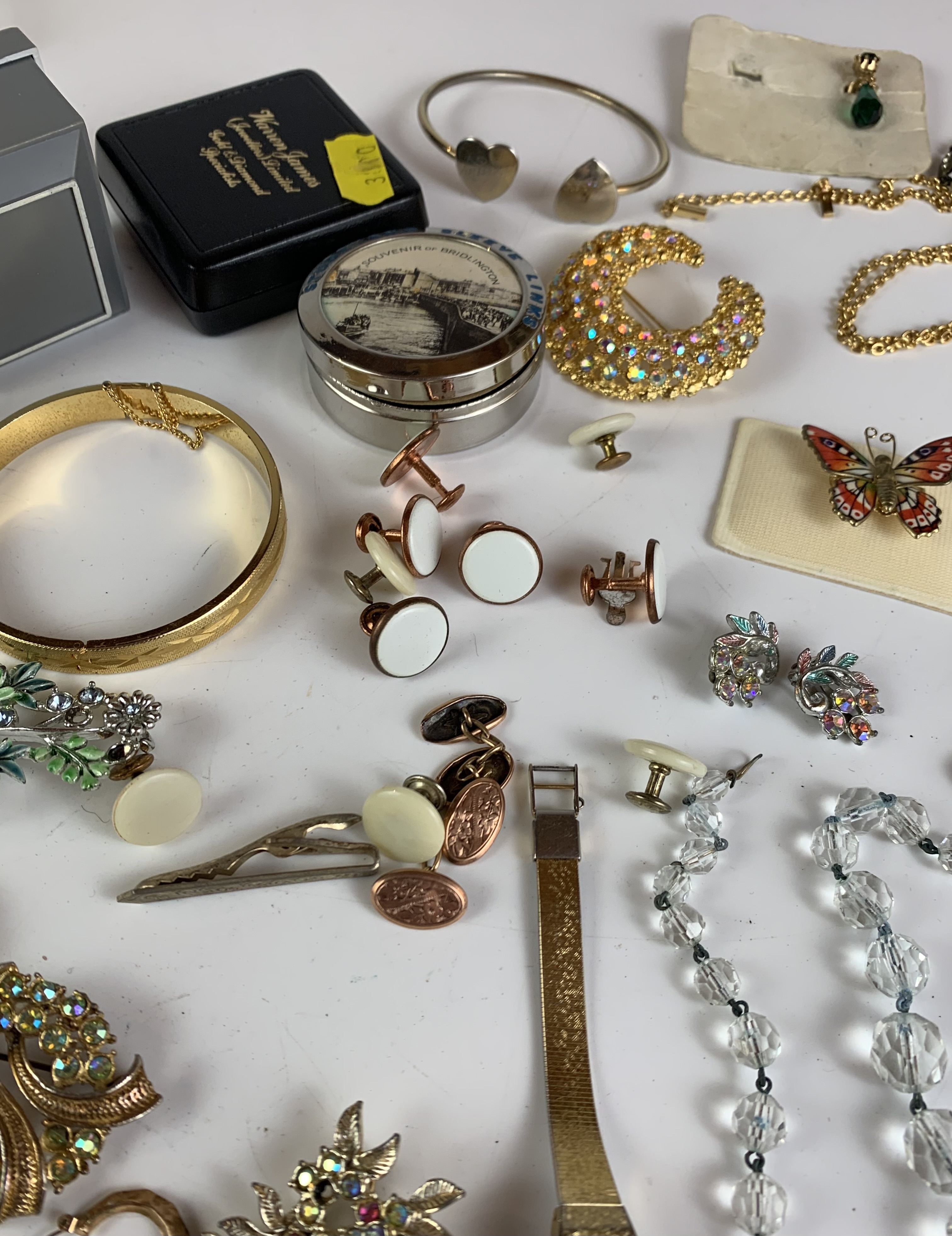 Large bag of assorted dress jewellery including necklaces, bracelets, brooches, earrings etc. - Image 7 of 11