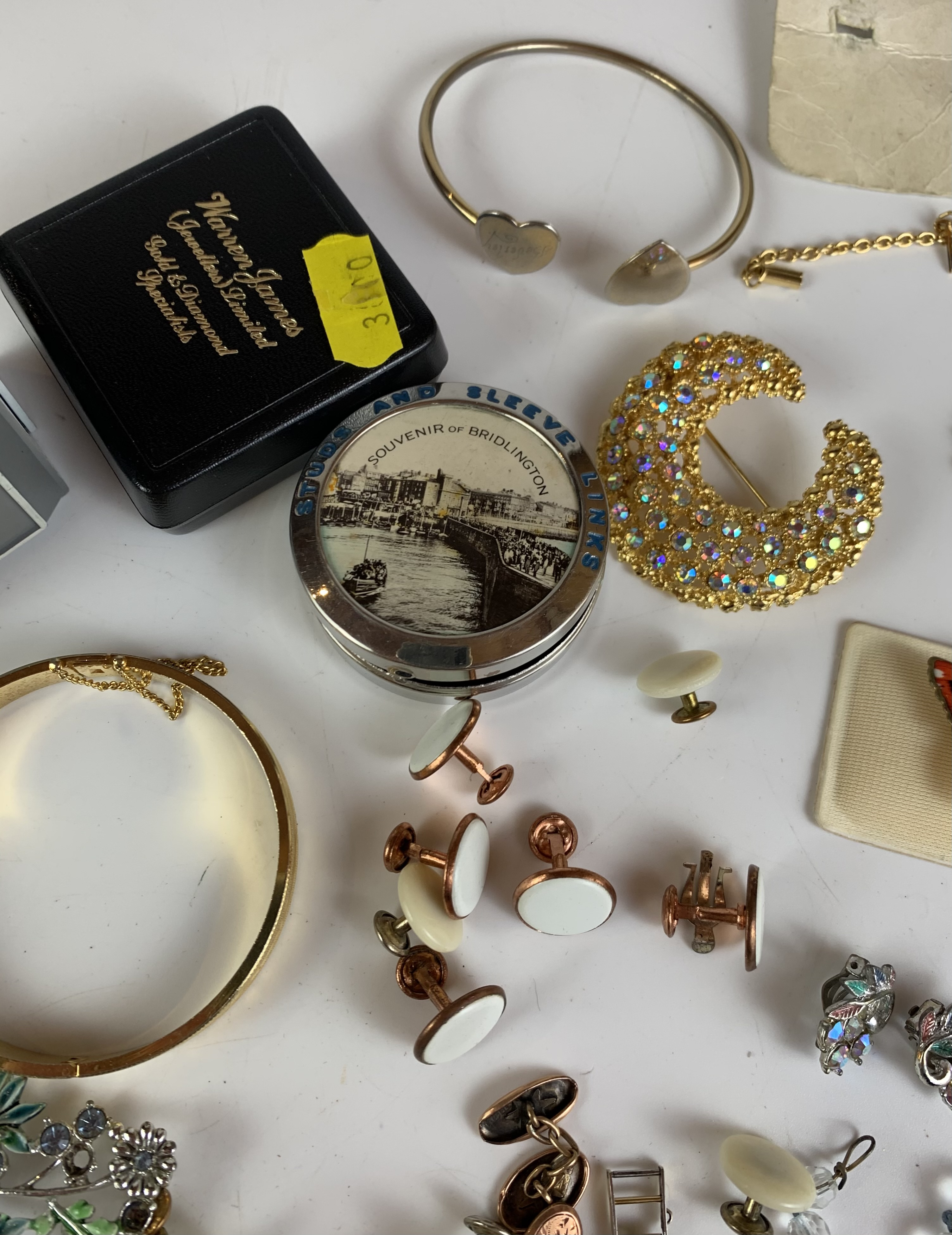 Large bag of assorted dress jewellery including necklaces, bracelets, brooches, earrings etc. - Image 8 of 11