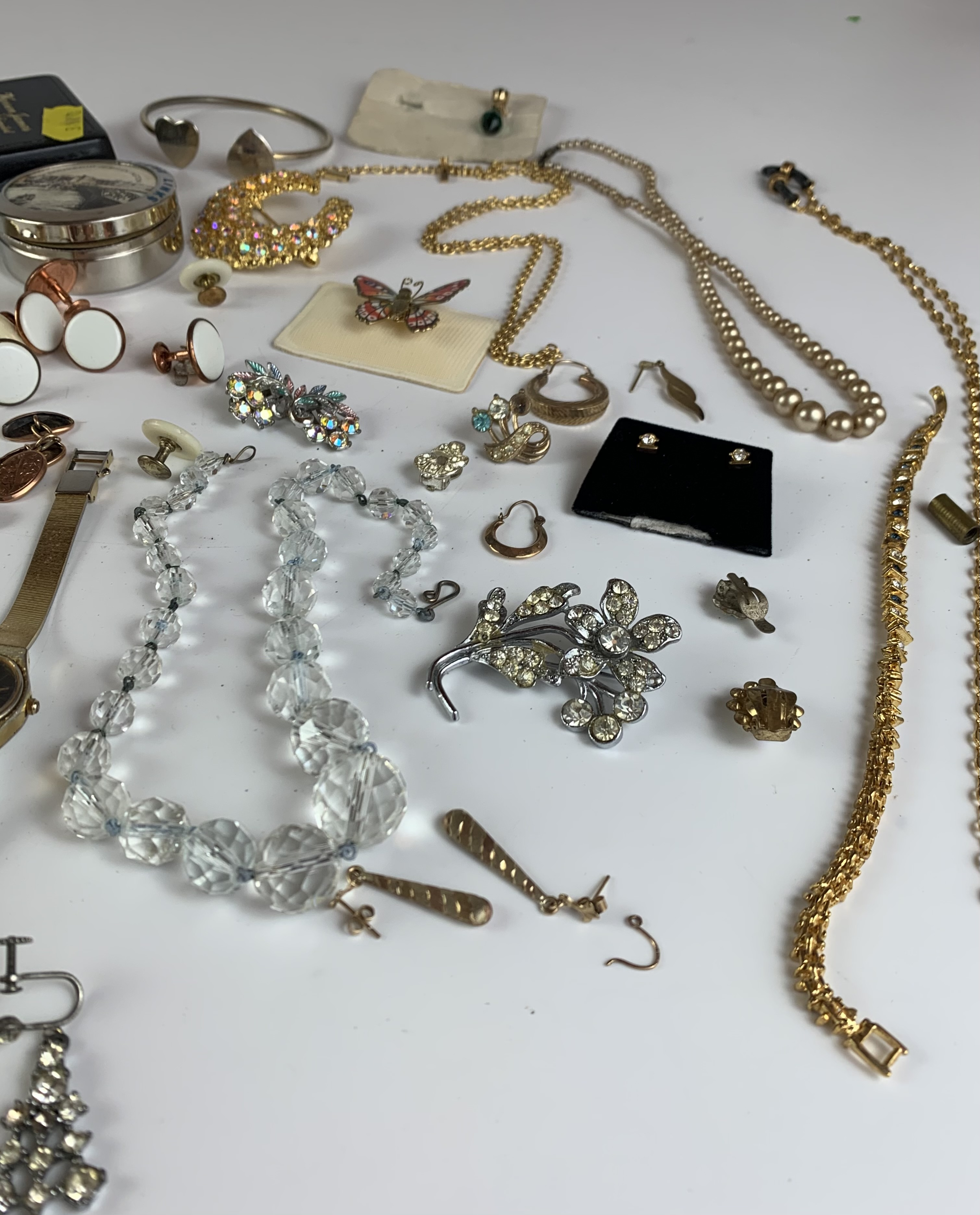 Large bag of assorted dress jewellery including necklaces, bracelets, brooches, earrings etc. - Image 9 of 11