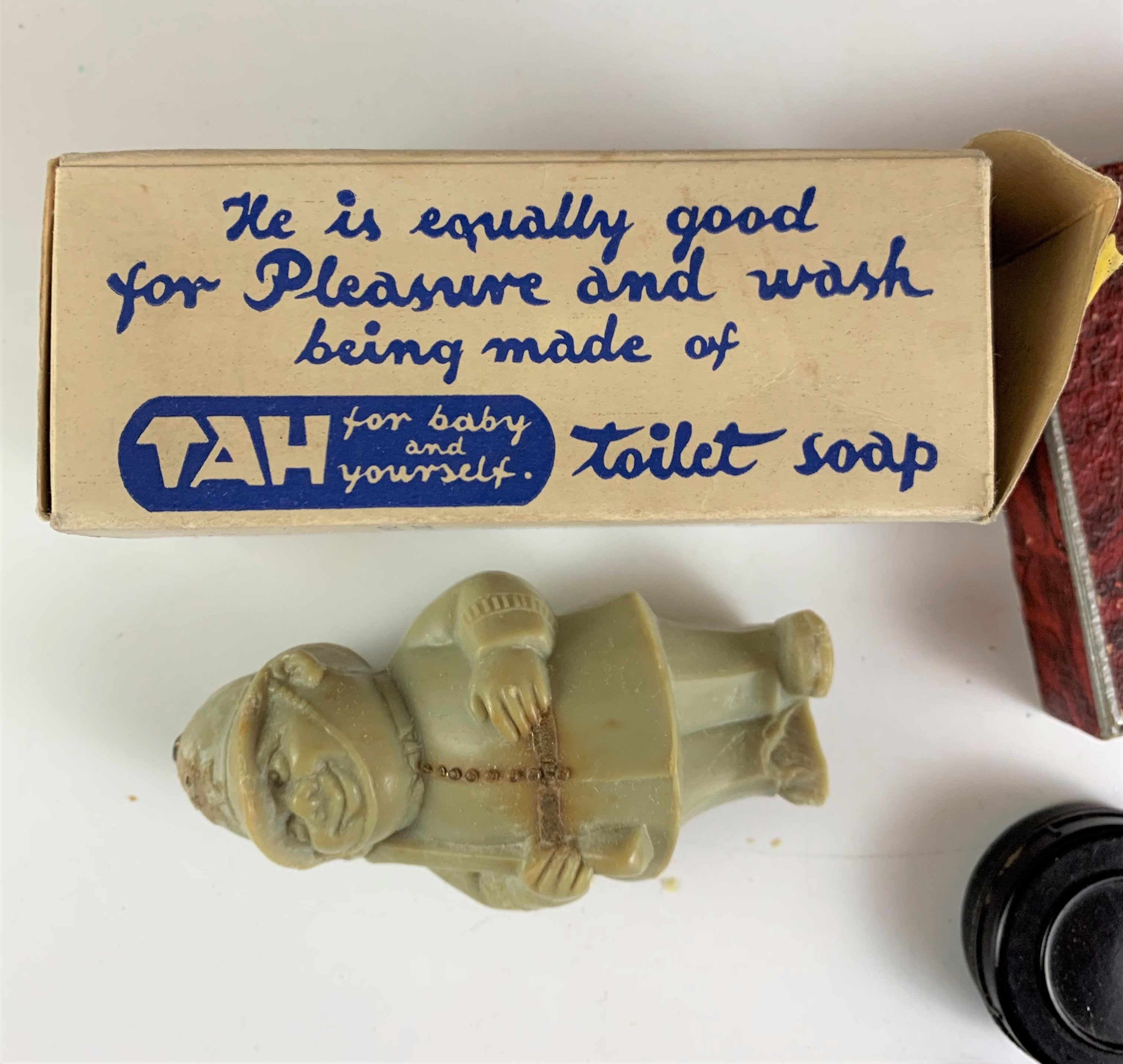 Assorted vintage razors and figure toilet soap - Image 3 of 6