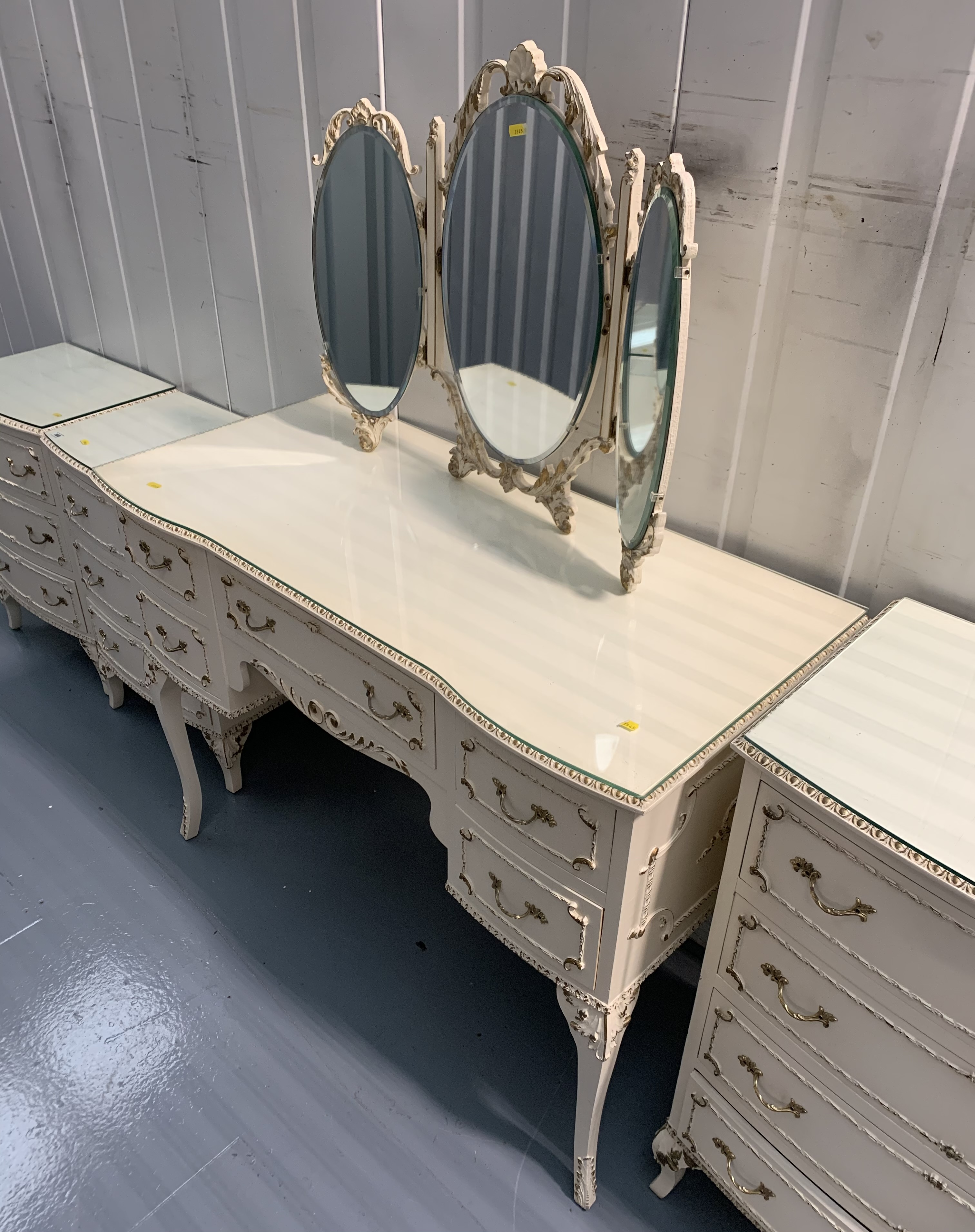 French style white 5 piece bedroom suite – dressing table, triple mirror, chest of drawers, 2 - Image 5 of 10