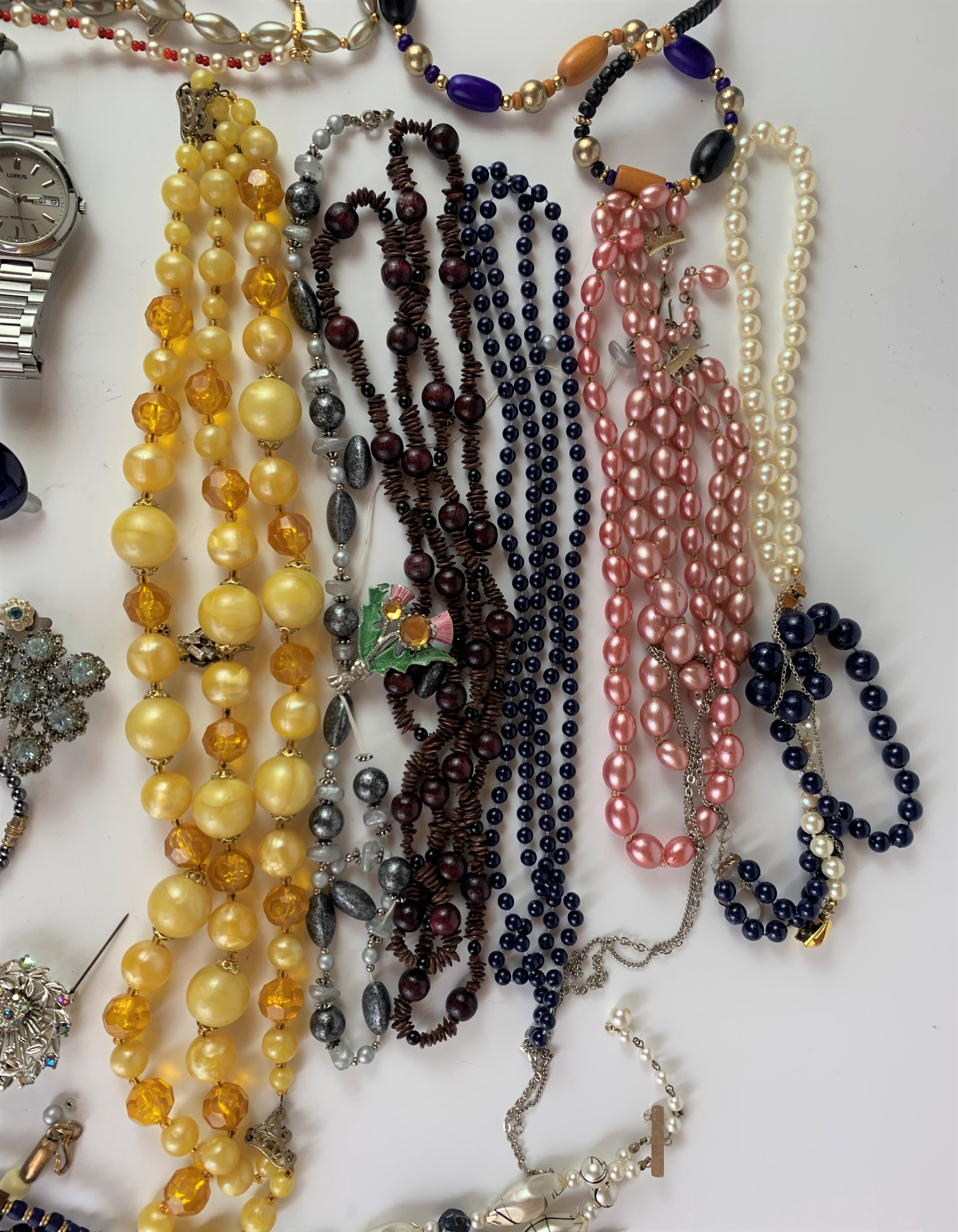 Large bag of assorted dress jewellery including necklaces, beads, earrings, brooches etc. - Image 6 of 8