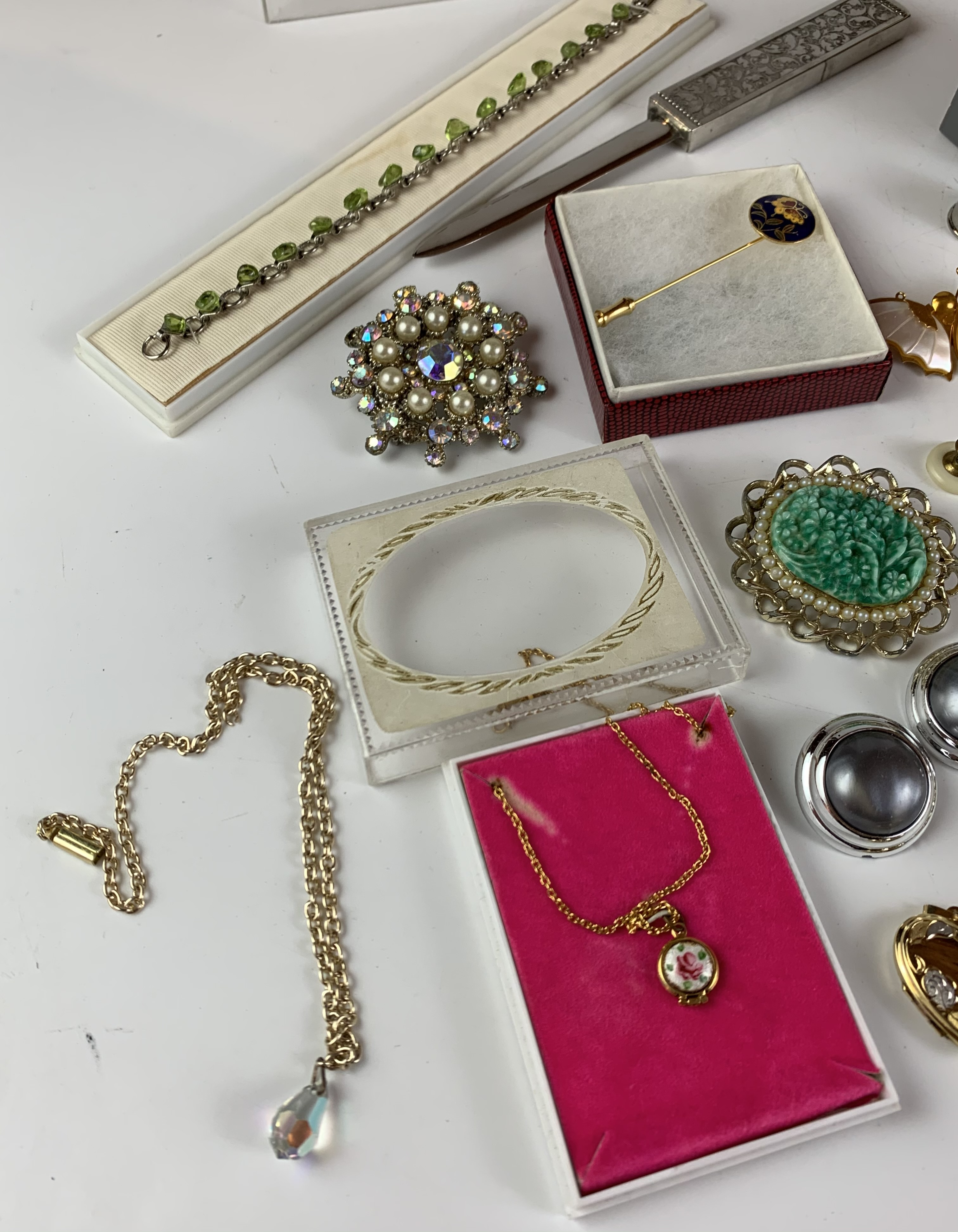 Large bag of assorted dress jewellery including necklaces, bracelets, brooches, earrings etc. - Image 3 of 11