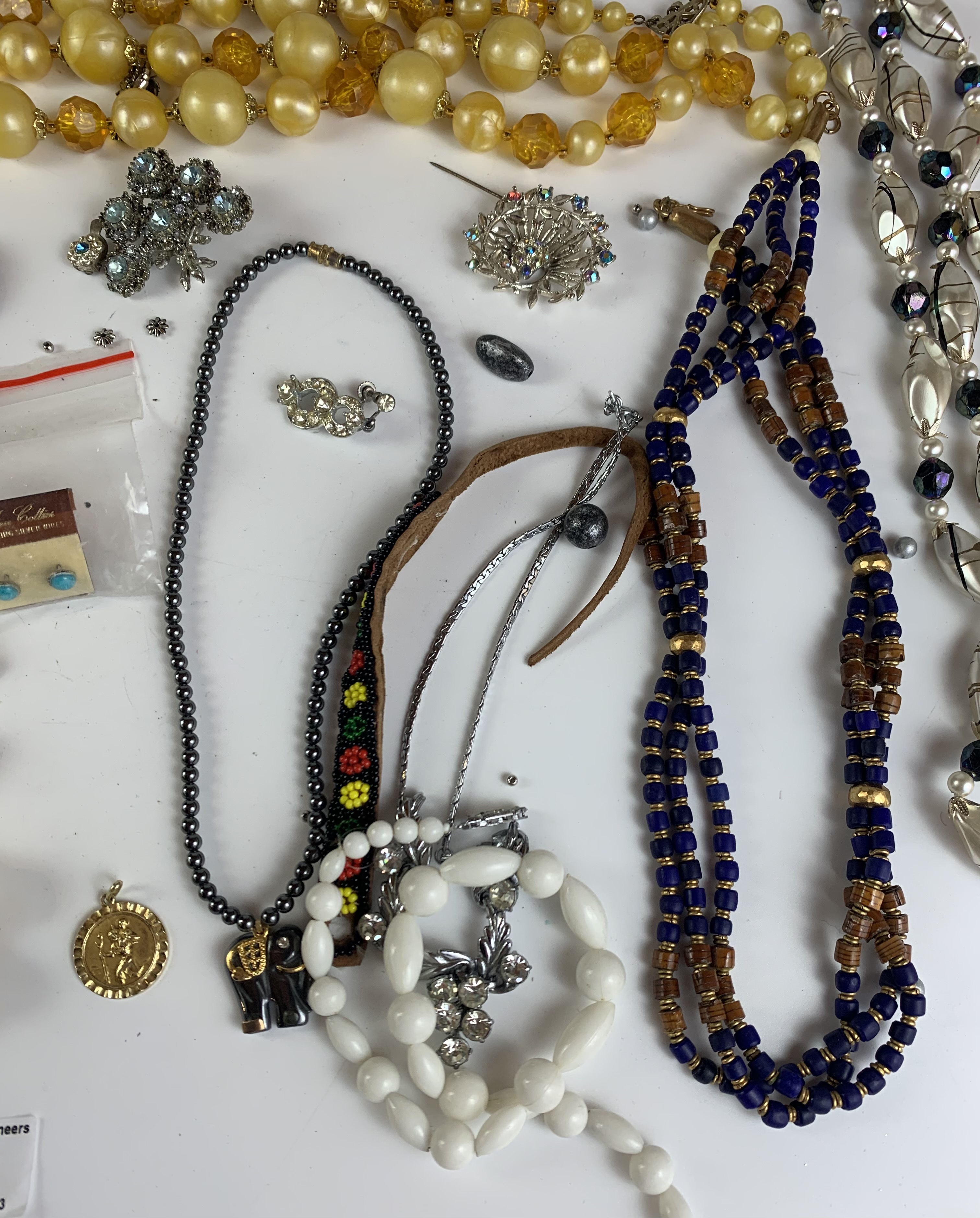Large bag of assorted dress jewellery including necklaces, beads, earrings, brooches etc. - Image 7 of 8