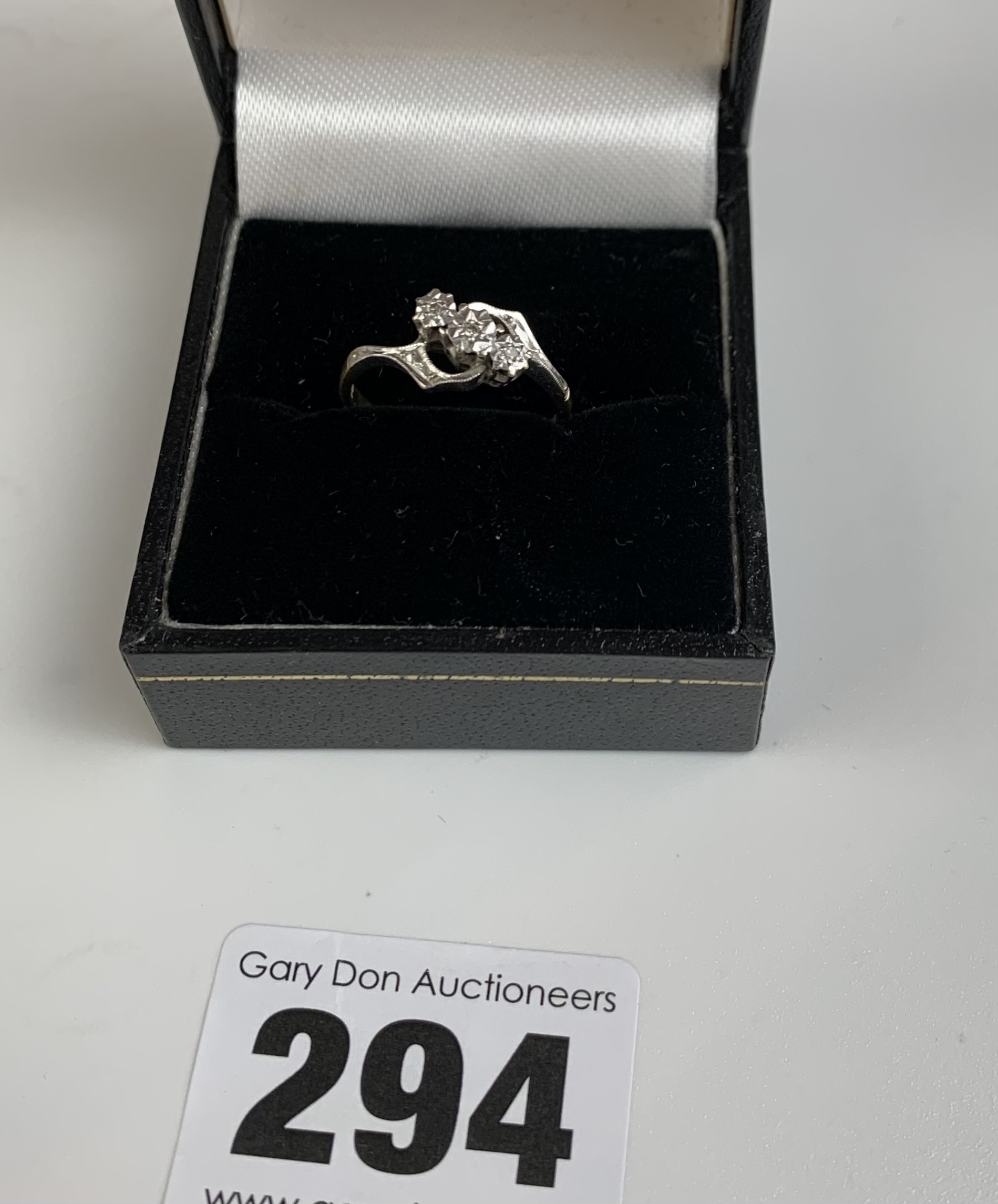 18k gold and 3 stone diamond ring, size K, w: 2.6 gms