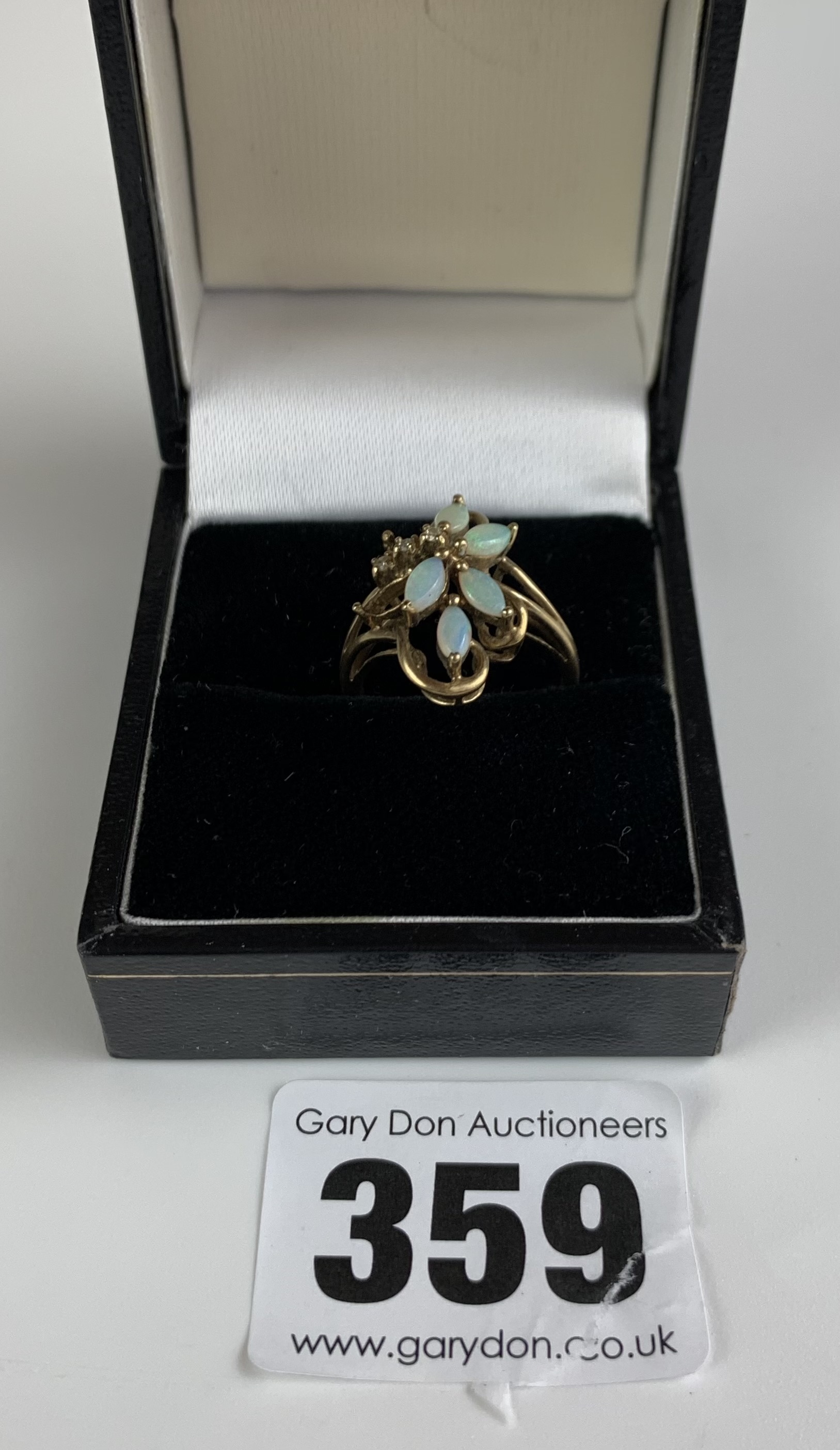 9k gold ring with opal flower design, size K, w: 2.6 gms