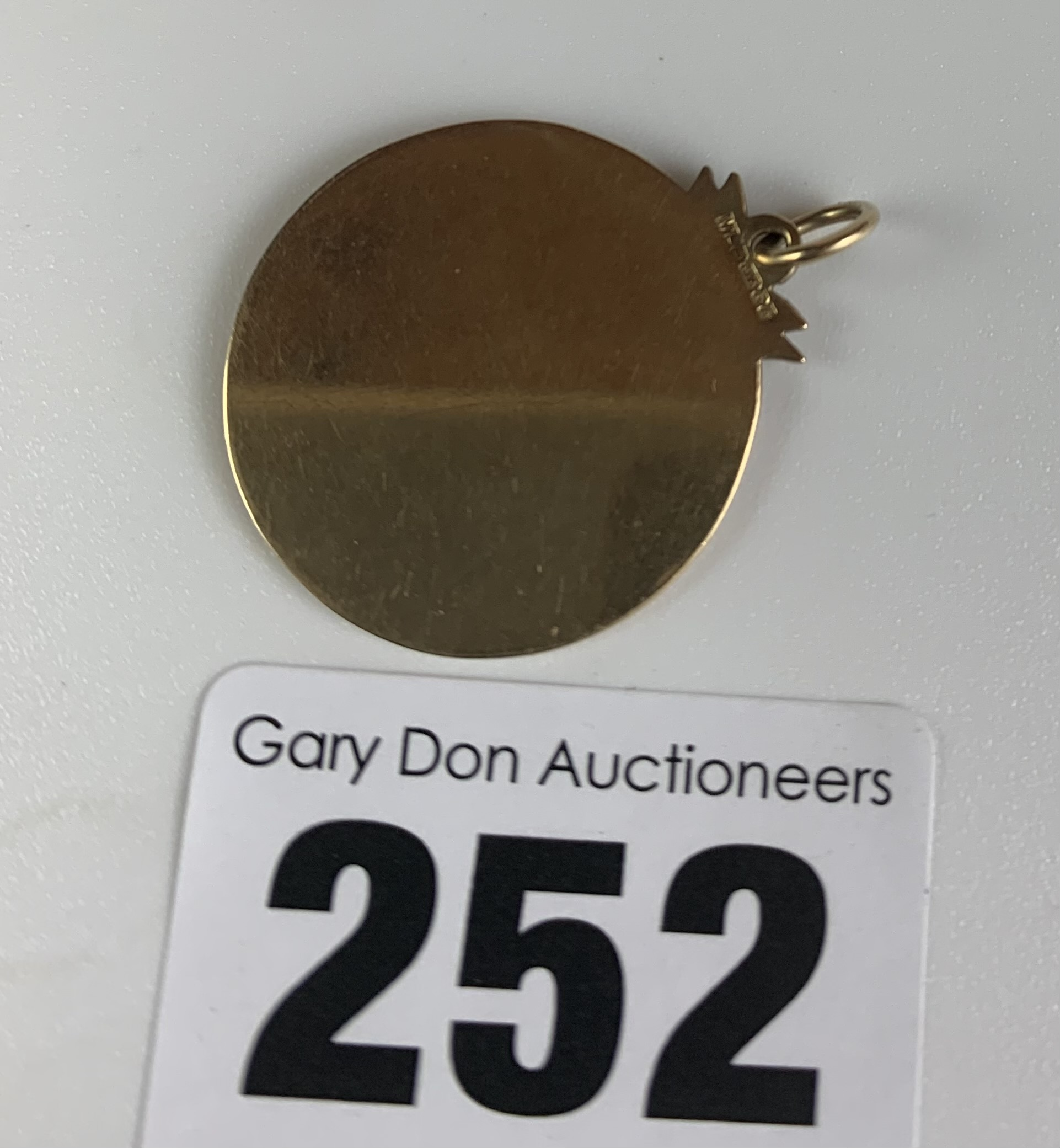 "9k gold St. Christopher pendant, diameter 1"", w: 5.1 gms - Image 4 of 4"