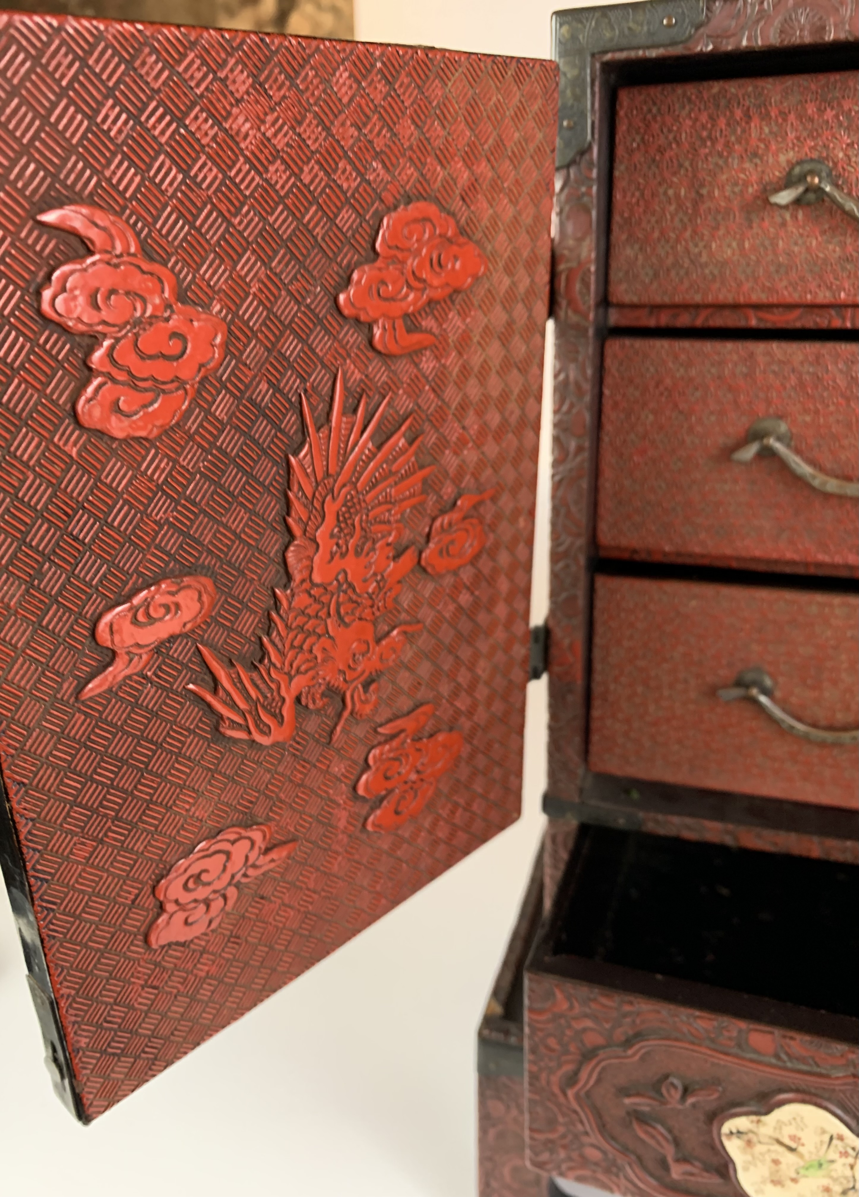 Small Japanese carved red cinnabar lacquer table cabinet with 8 Satsuma plaques on a matching stand. - Image 5 of 11