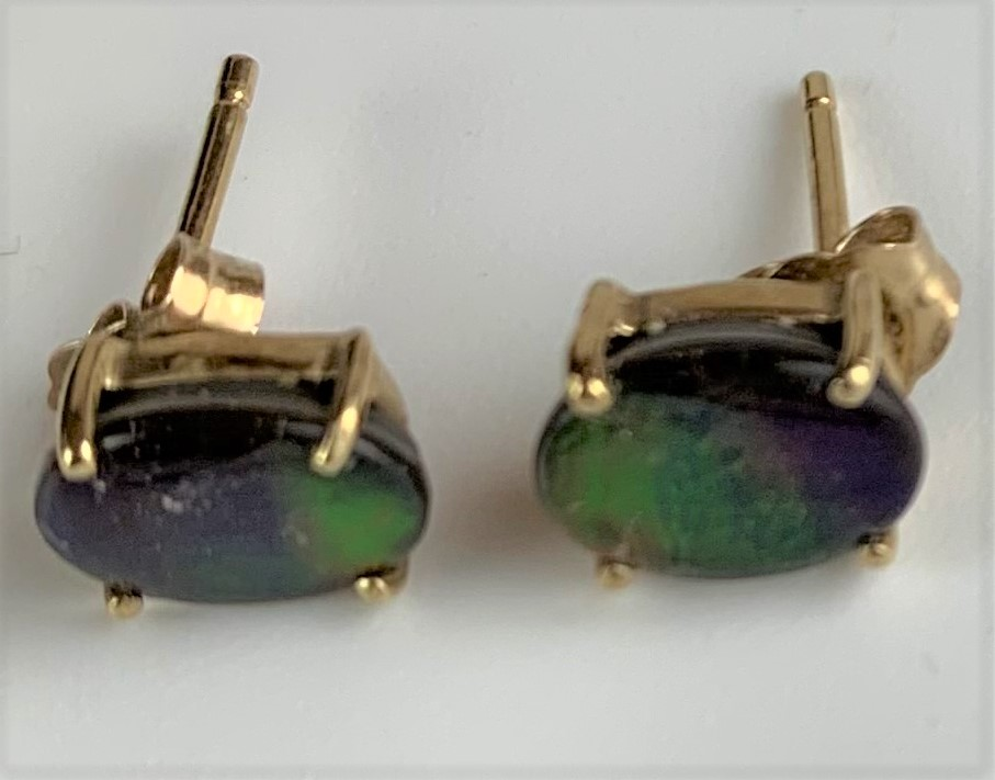3 pairs of 10k gold earrings – green stone studs, orange stone studs and blue stone drops, total - Image 4 of 5