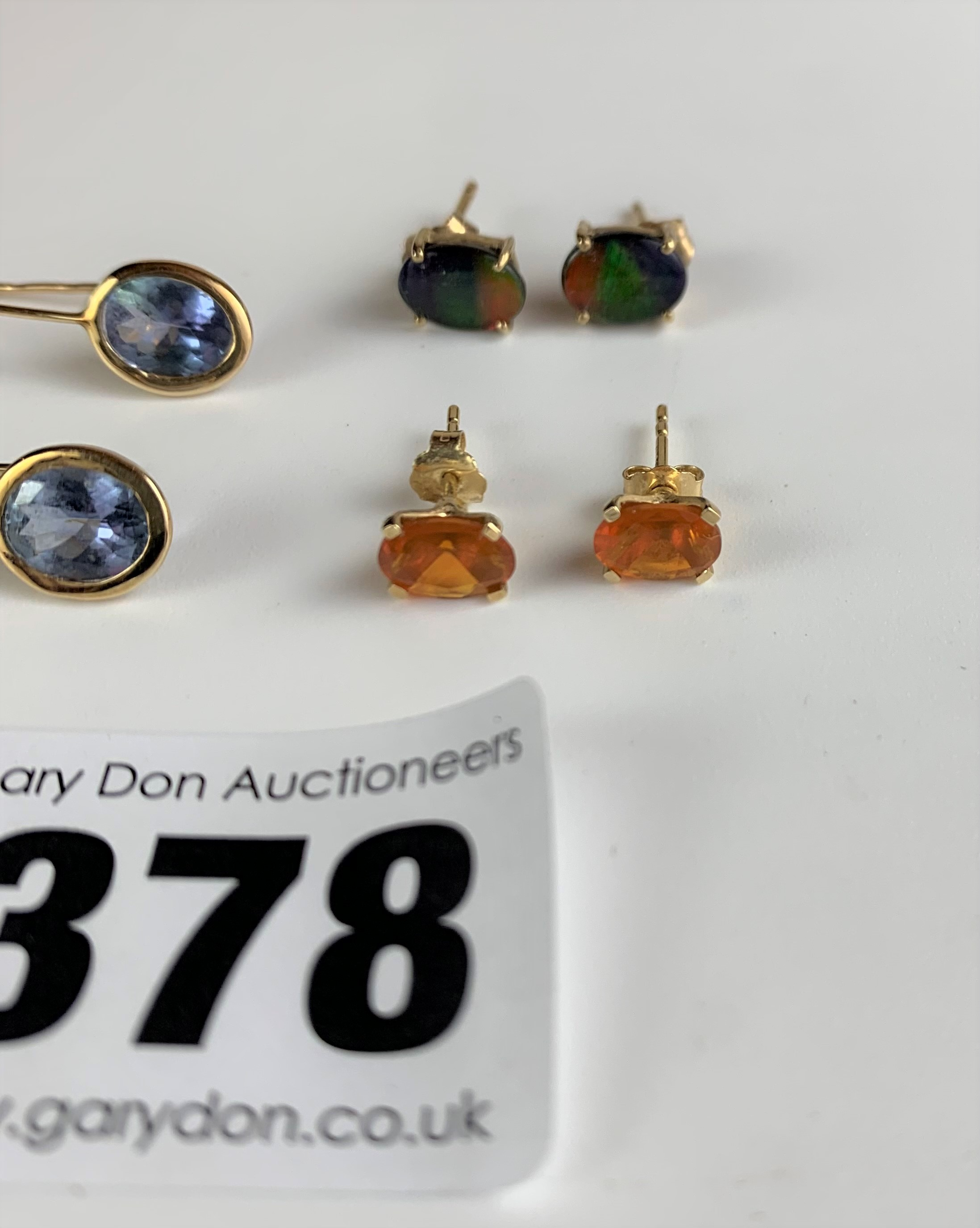 3 pairs of 10k gold earrings – green stone studs, orange stone studs and blue stone drops, total - Image 3 of 5