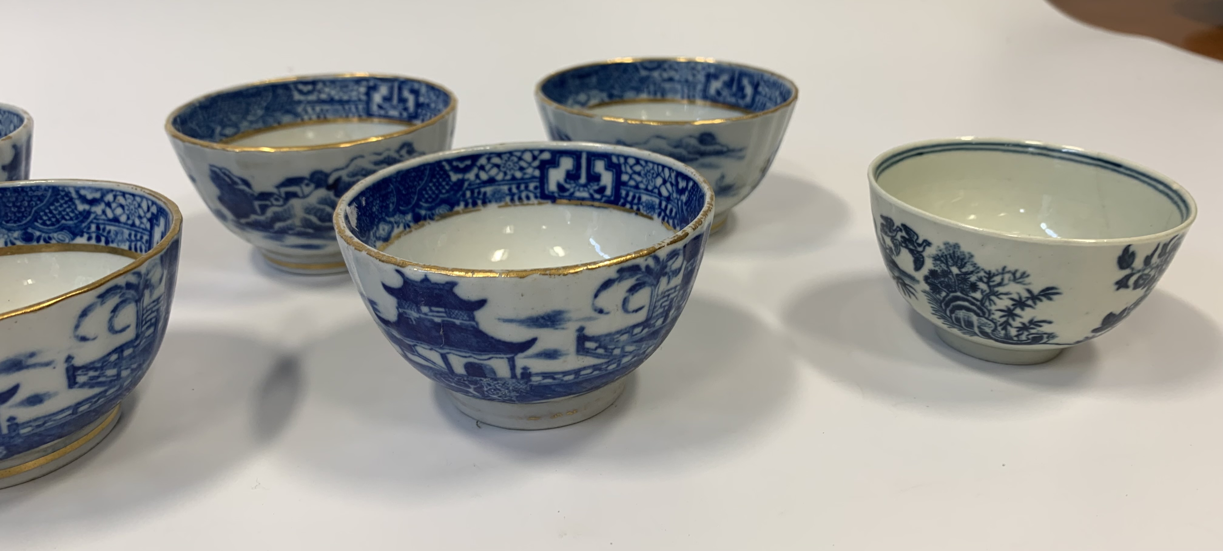 10 assorted blue/white cups - Image 5 of 7