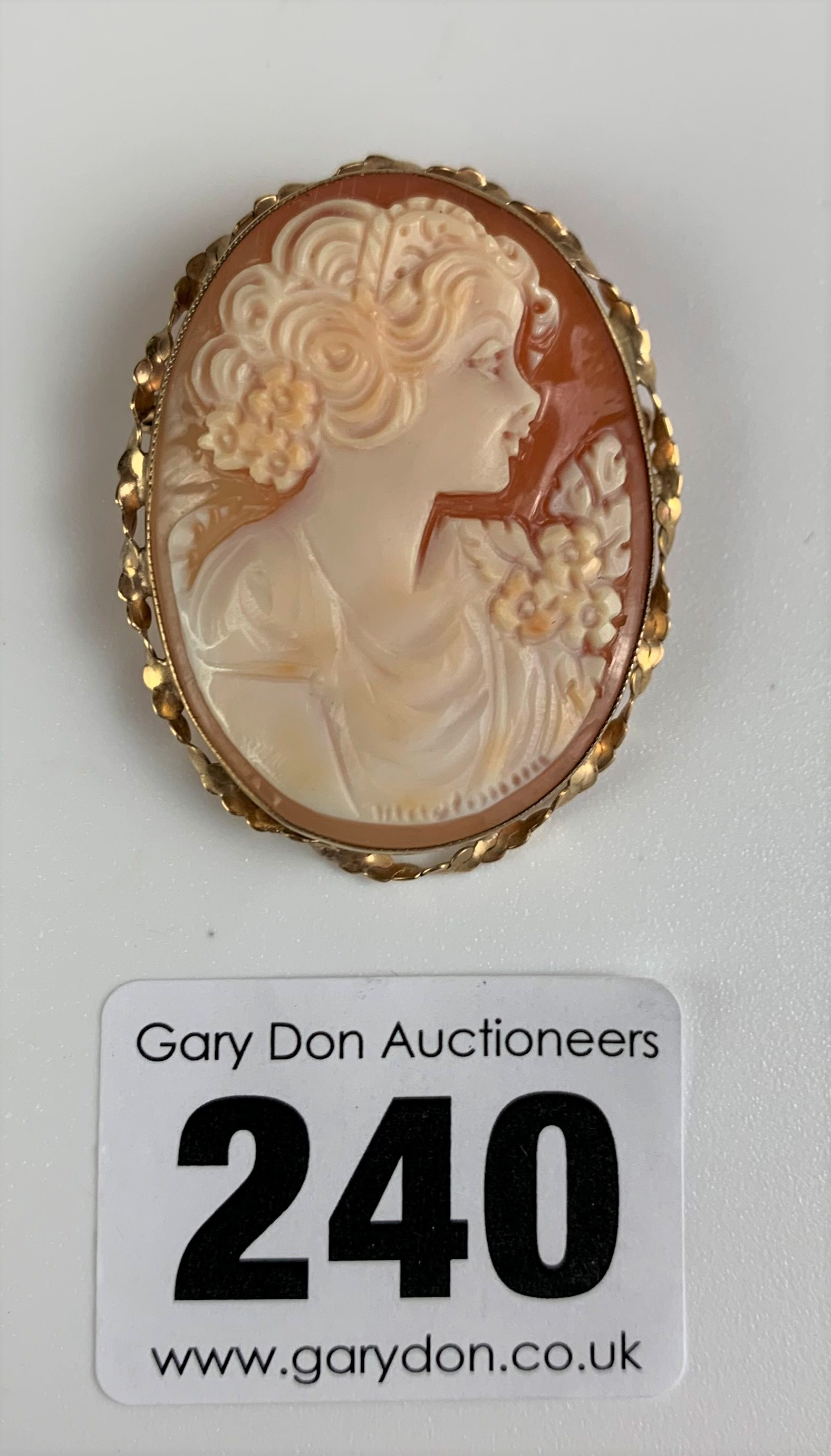 """Cameo in 9k gold surround, length 1.5"""", total w: 6.1 gms"""