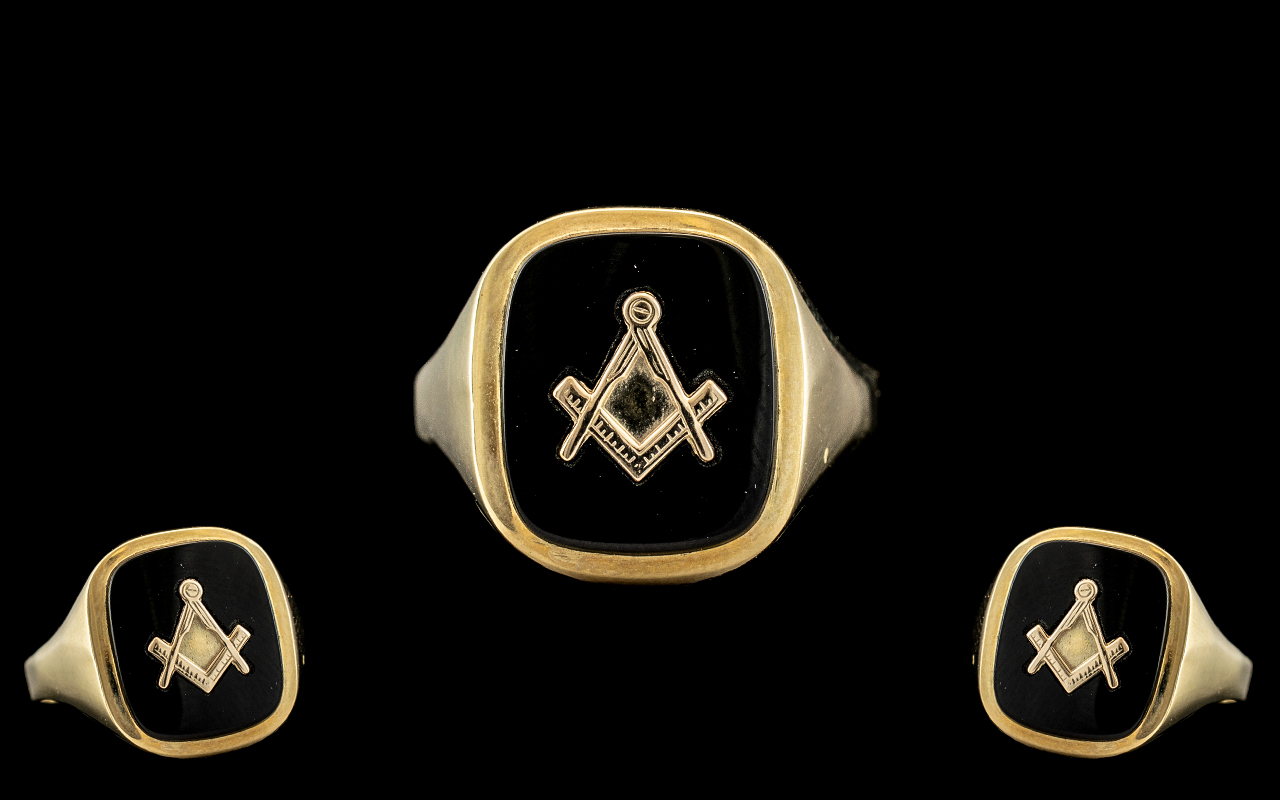 Gents 9ct Gold Masonic Ring. Fully Hallmarked for 9.375. Ring Size R - S. Weight 3.9 grams.