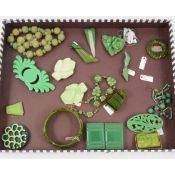 One tray of vintage bakelite and celluloid jewellery with a green tone.