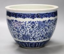 A small Chinese blue and white jardiniere, diameter 21cm