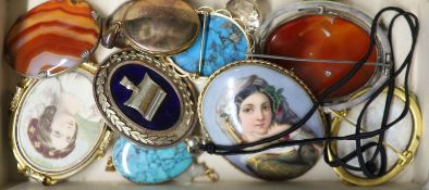 Assorted jewellery including gilt metal pendants, brooches etc and a late Victorian silver locket.