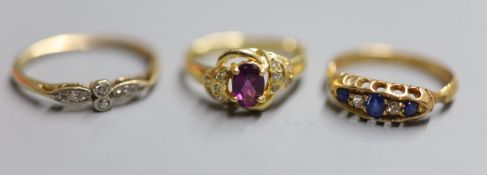 An Edwardian 18ct gold and graduated sapphire and diamond five stone ring, size L, an early 20th