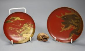 Two Japanese lacquer bowls and a carved wood rat netsuke, largest diameter 11.5cm