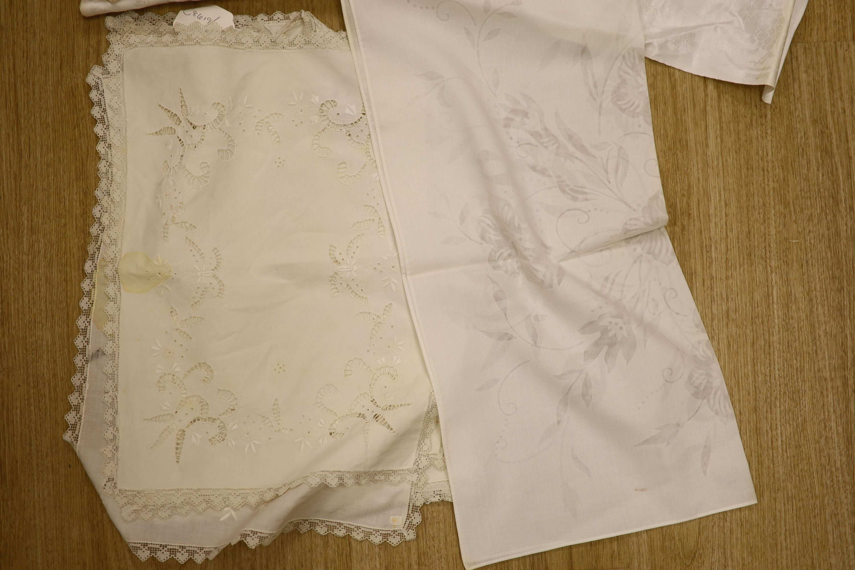 A quantity of filet lace table mats, damask and other napkins etc - Image 2 of 3