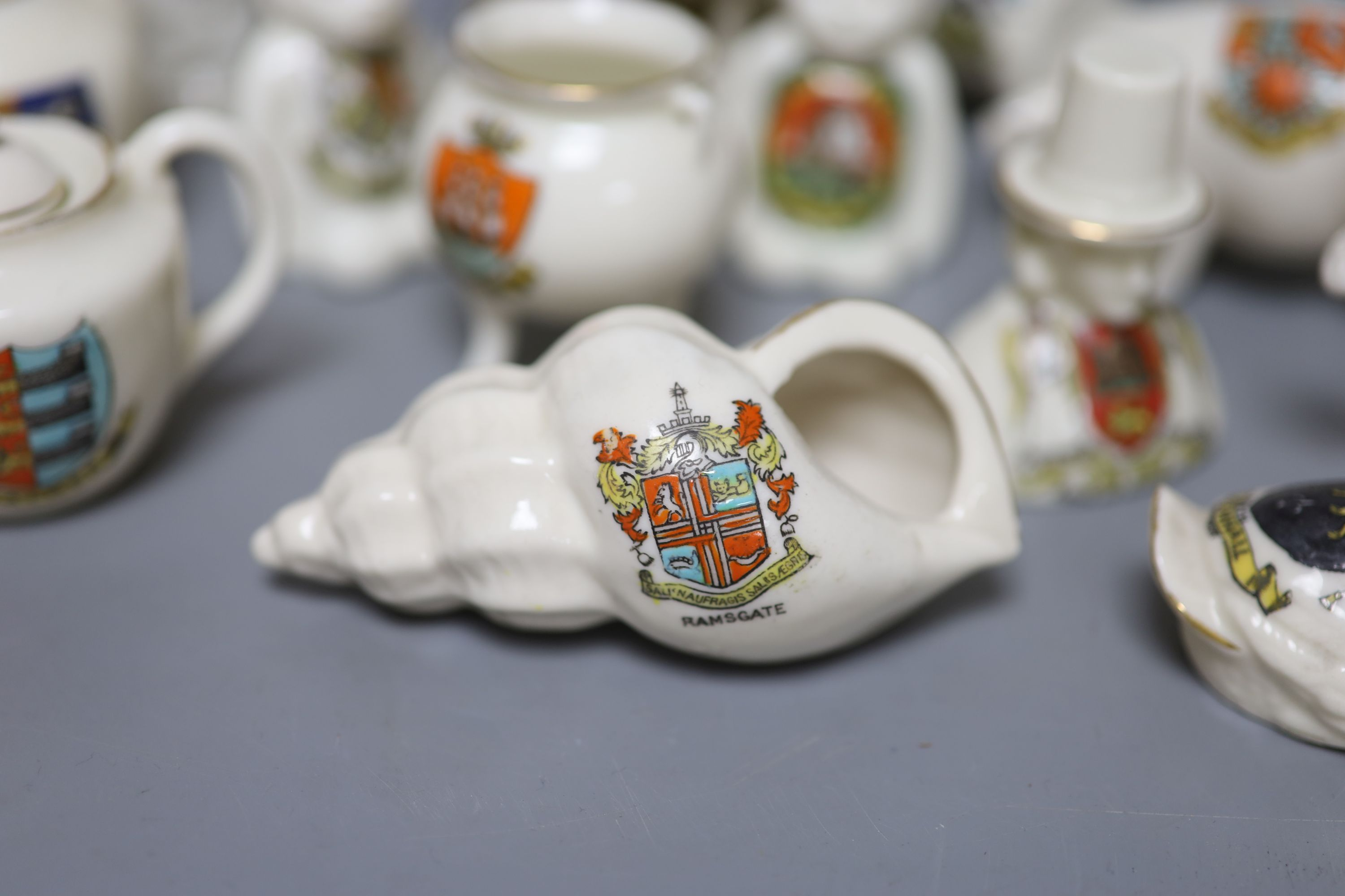 A small collection of crested china - Image 2 of 9