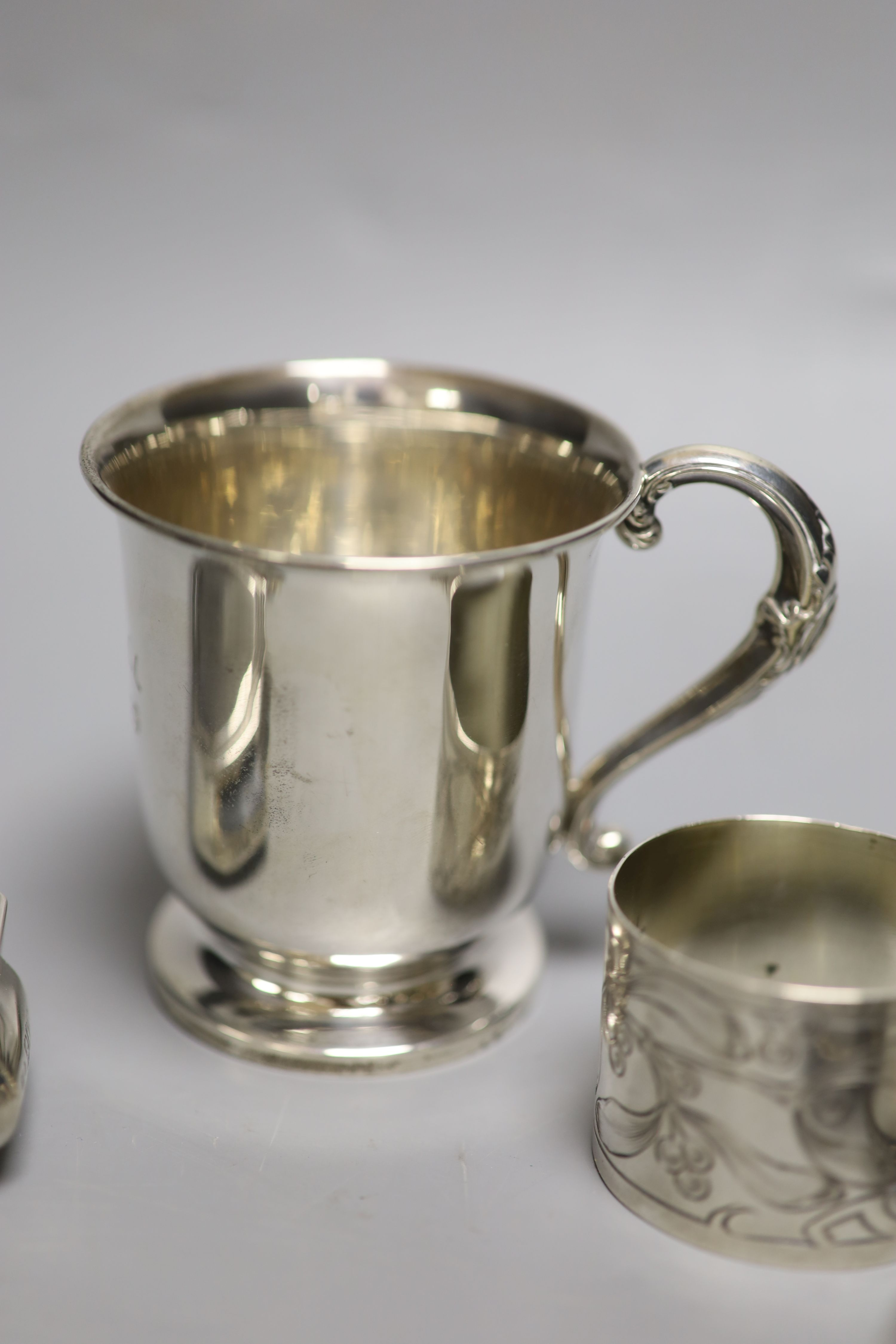 Small silver including a 1930's christening mug, a silver trinket box, five silver napkin rings, a - Image 4 of 6