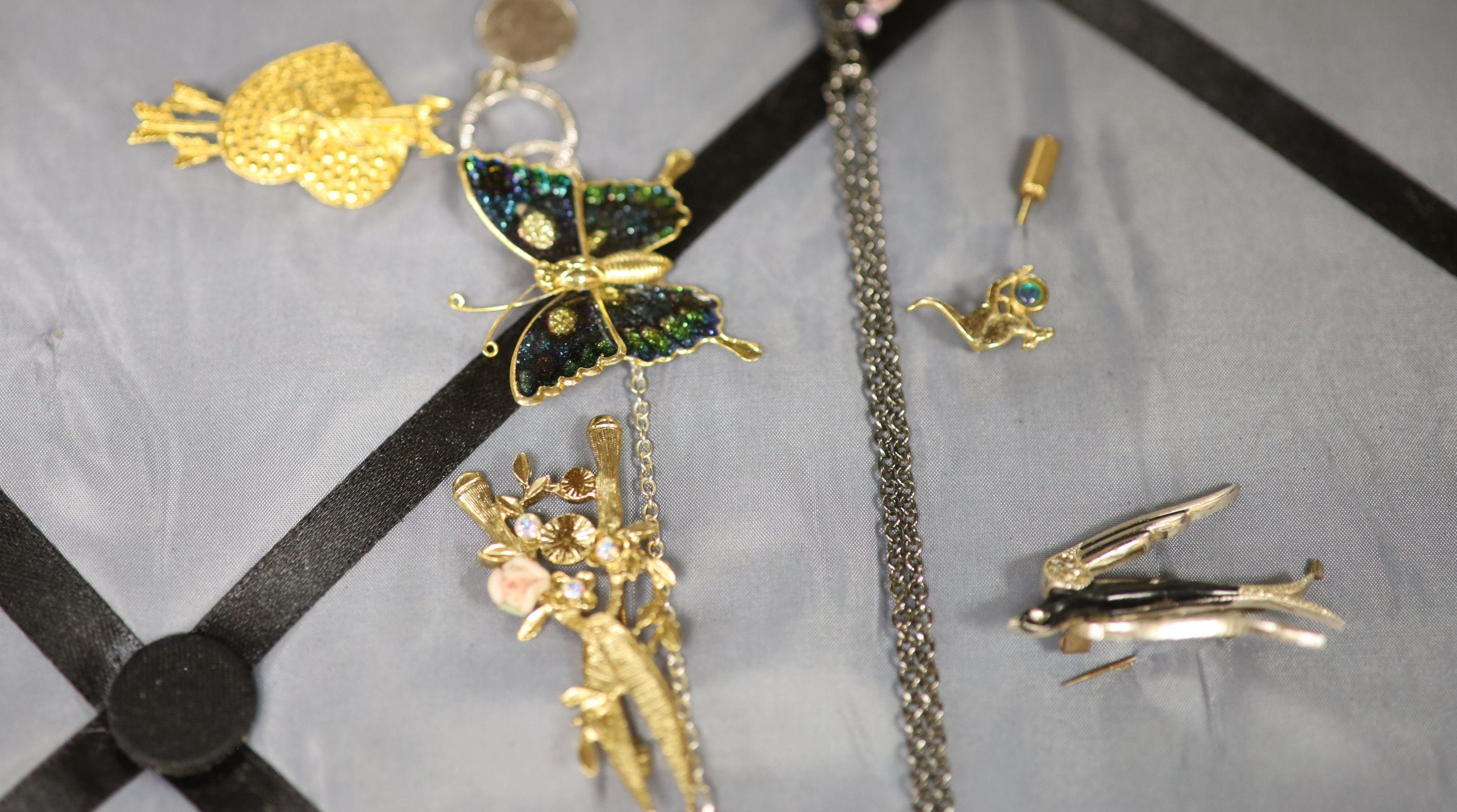 Assorted costume jewellery. - Image 5 of 6