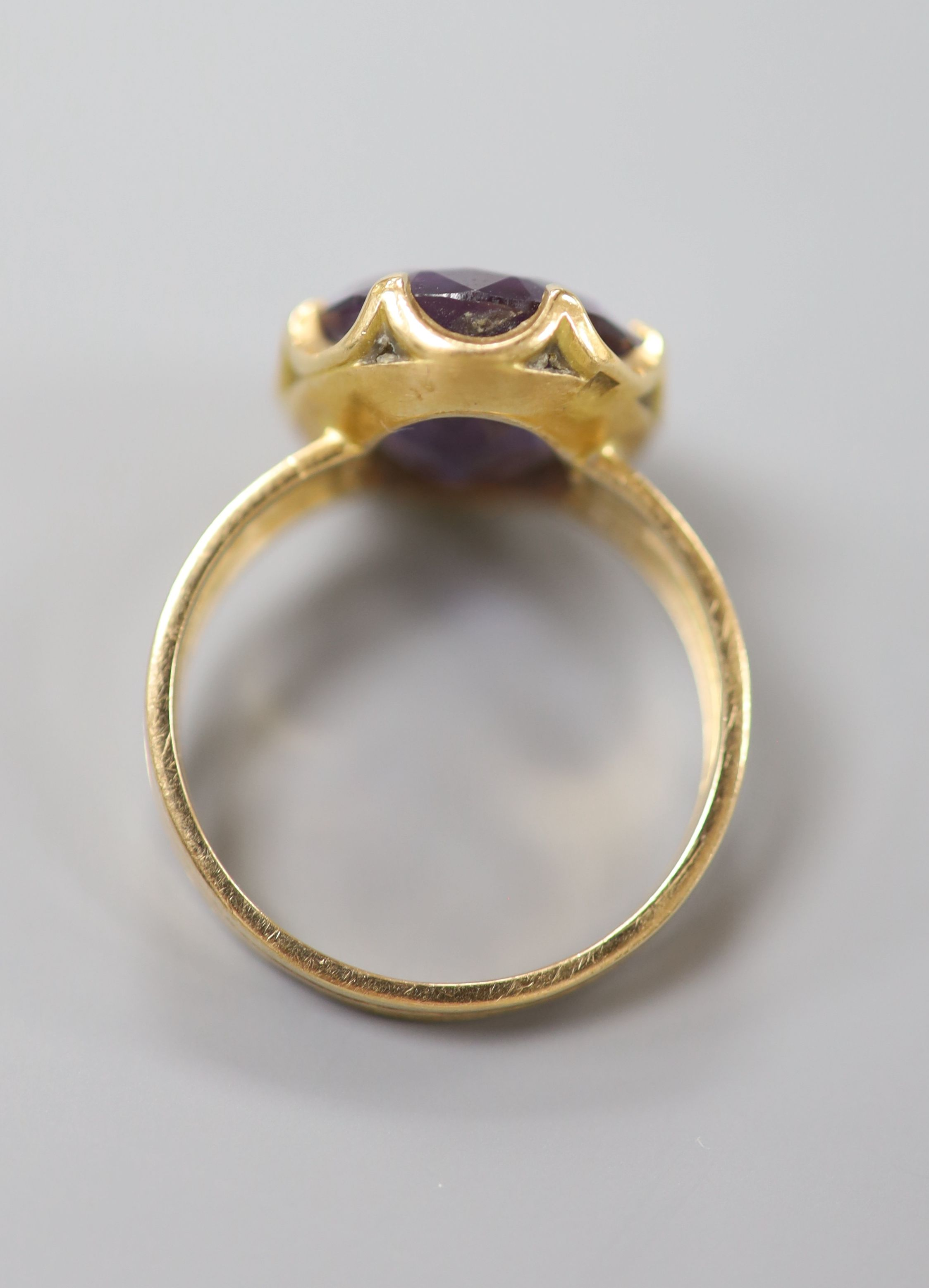 A Middle Eastern yellow metal and synthetic colour change corundum set dress ring, size Q, gross 6.4 - Image 3 of 3
