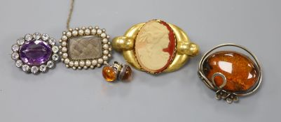 A Victorian yellow metal, split pearl and plaited hair mourning brooch, 28mm, gross 6.8 grams, an