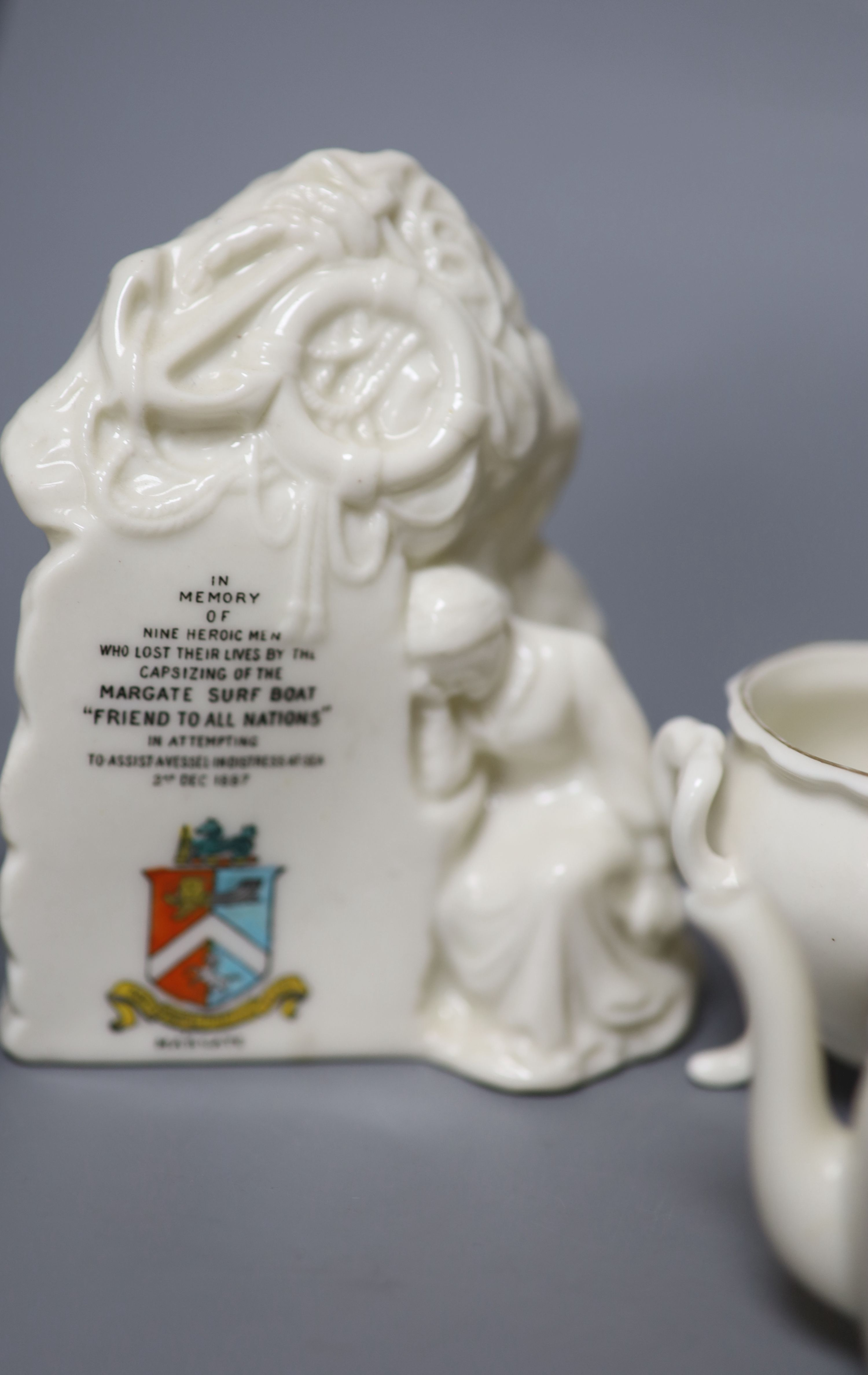 A small collection of crested china - Image 9 of 9