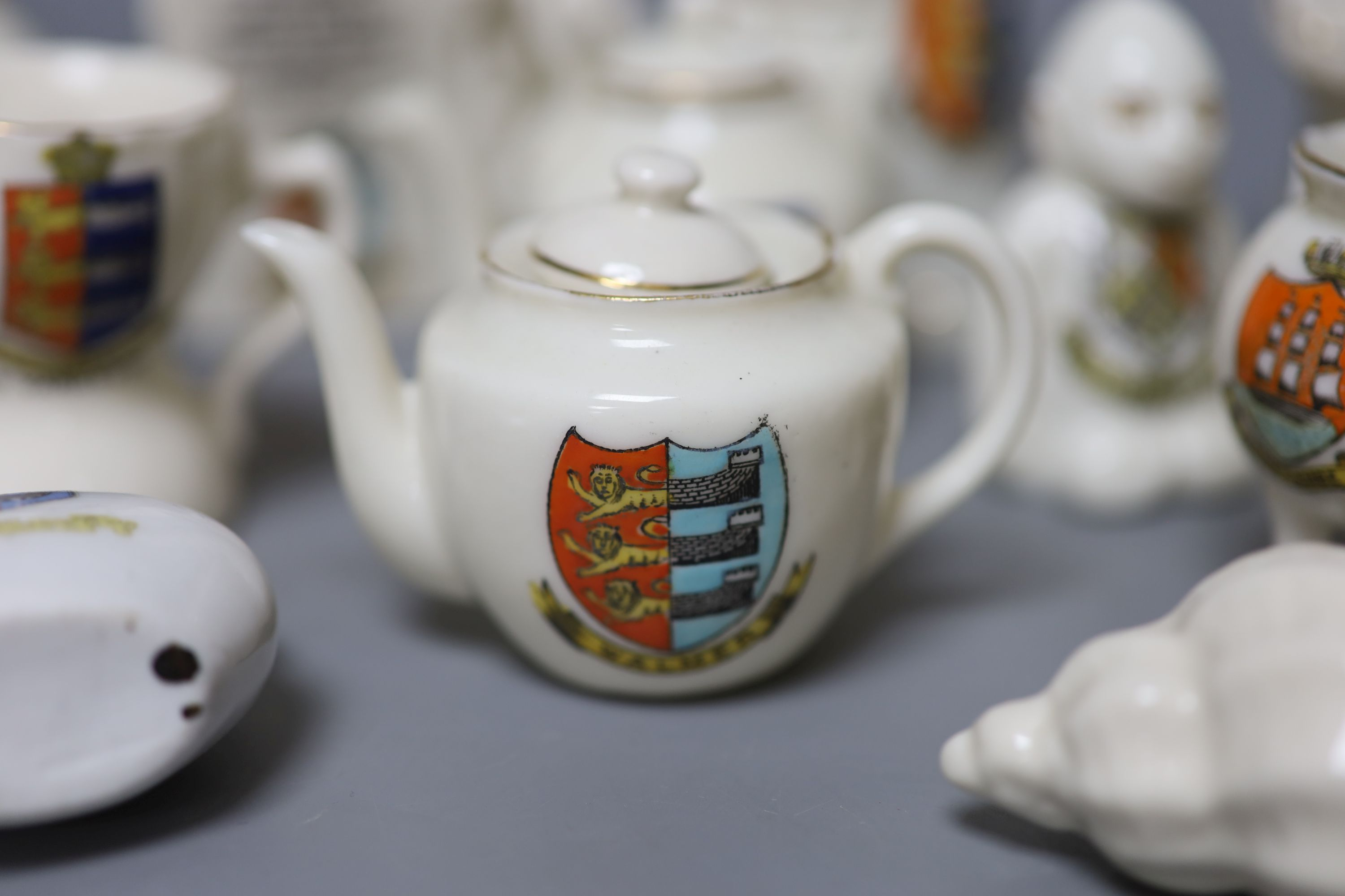 A small collection of crested china - Image 3 of 9