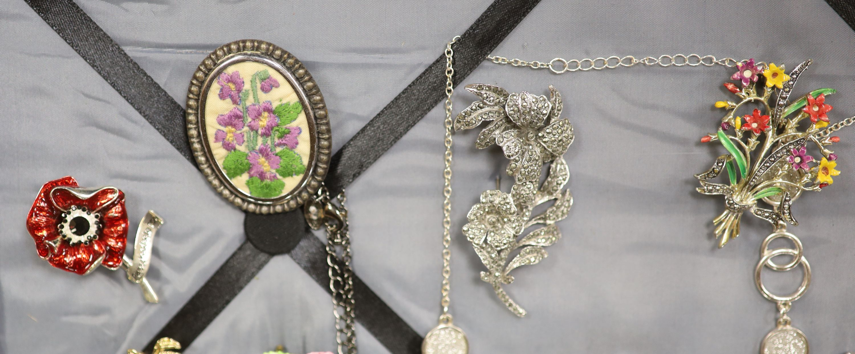 Assorted costume jewellery. - Image 3 of 6