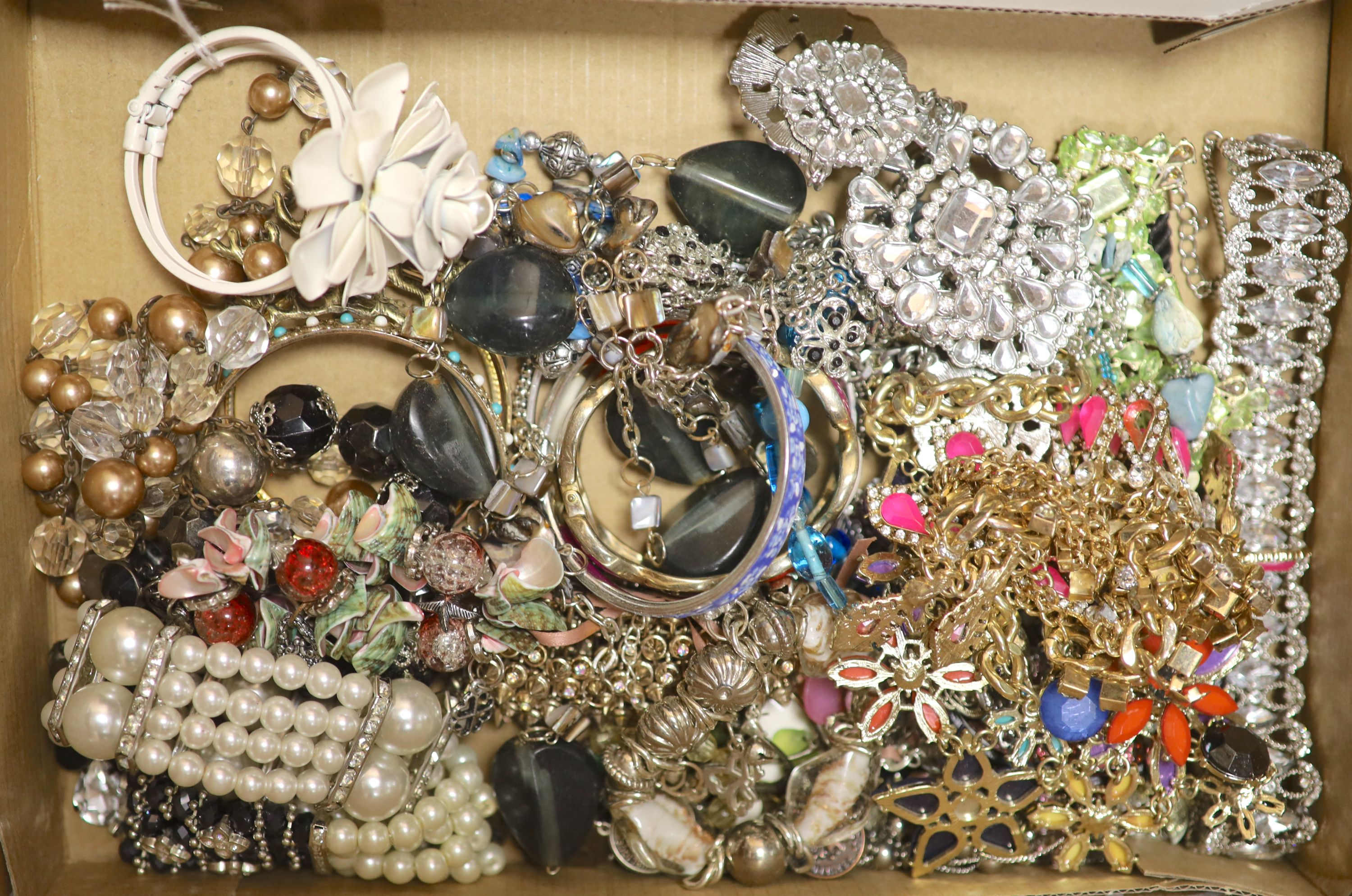 A quantity of assorted costume jewellery.