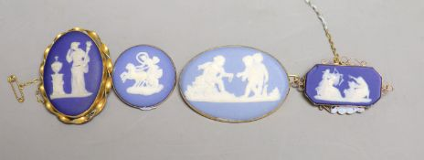 Four assorted late 19th/early 20th century yellow metal mounted Wedgwood plaque brooches,