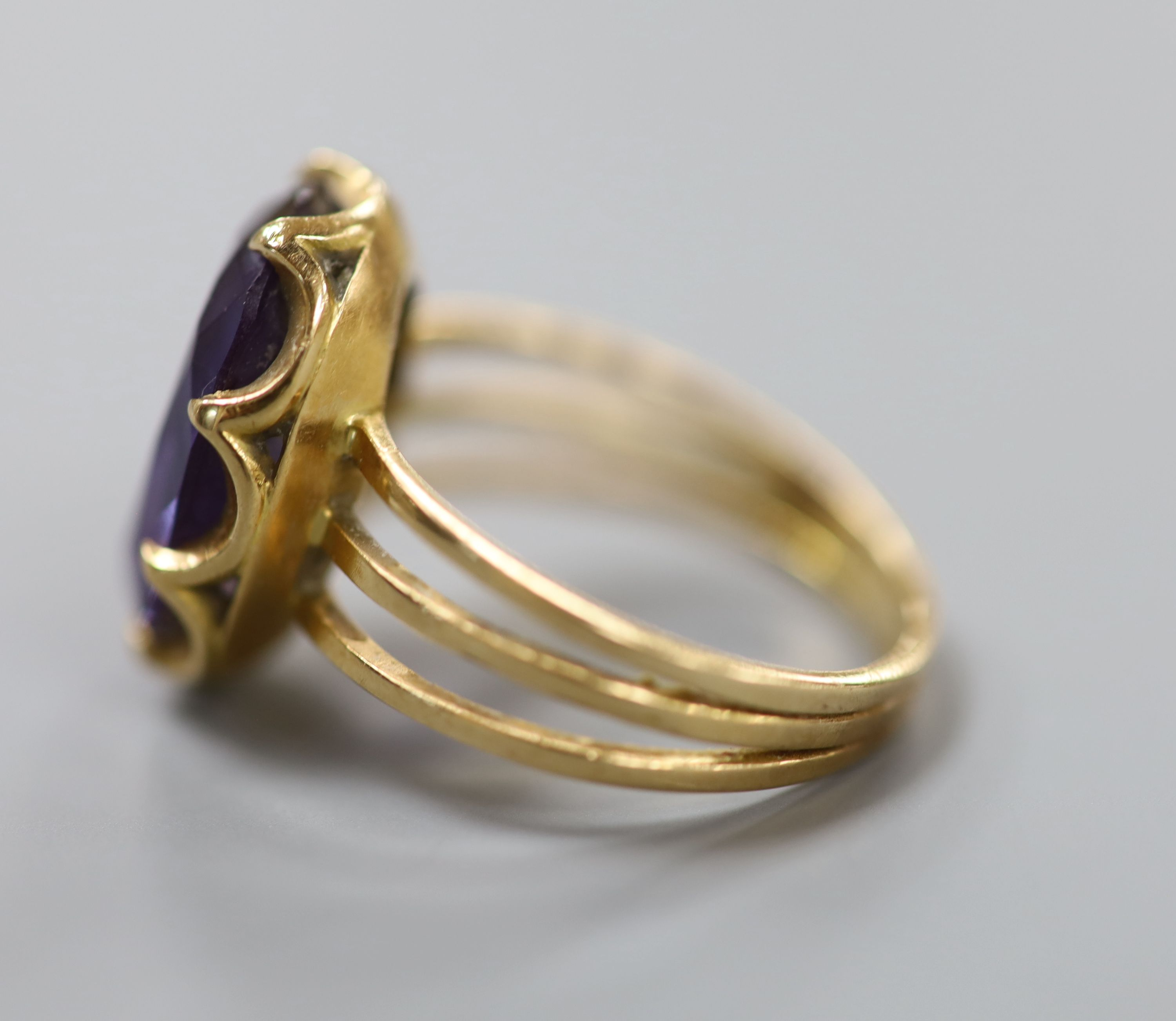 A Middle Eastern yellow metal and synthetic colour change corundum set dress ring, size Q, gross 6.4 - Image 2 of 3