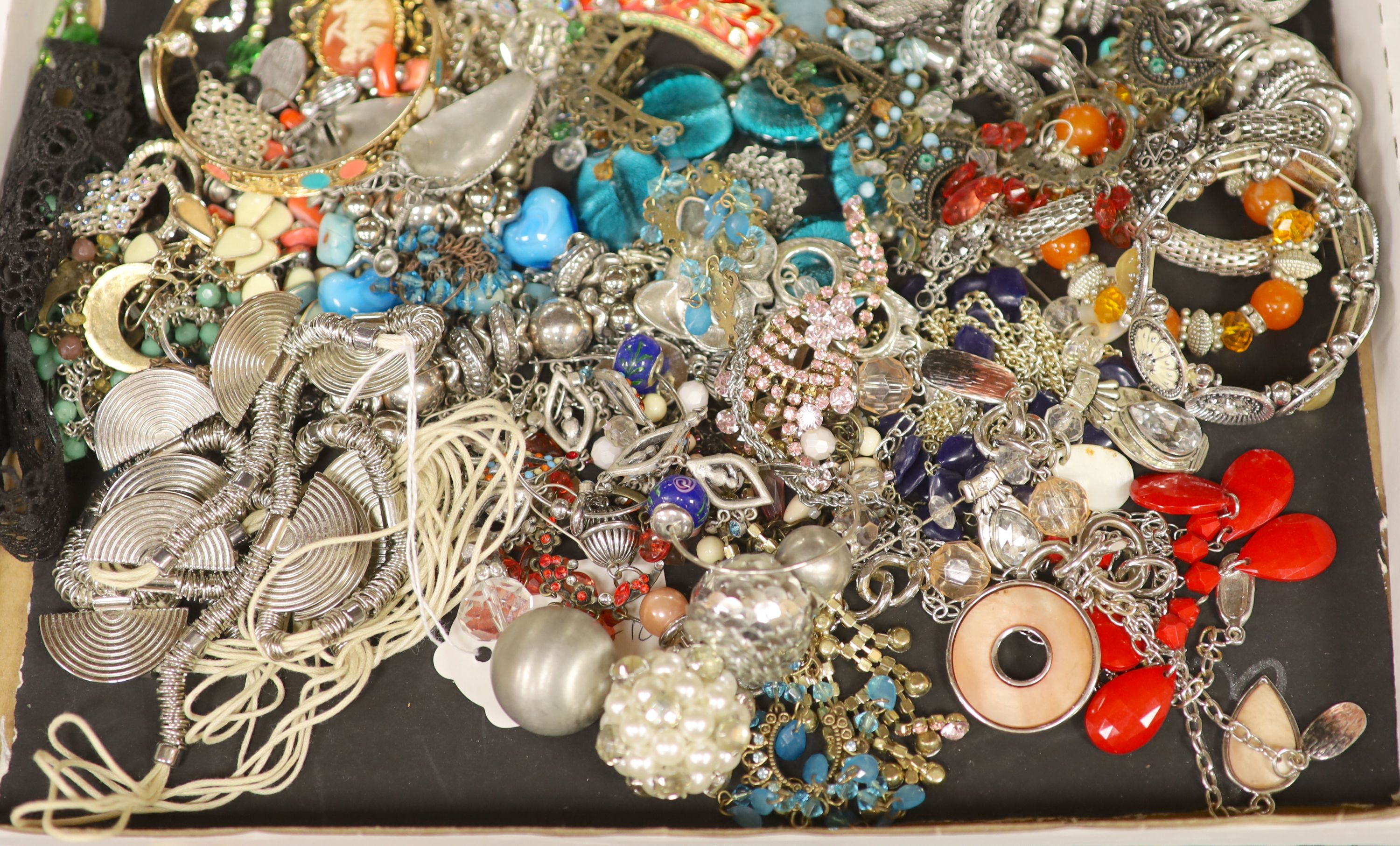 Assorted costume jewellery.