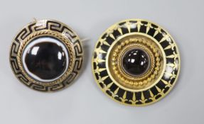 A Victorian yellow metal, enamel and cabochon banded agate set mourning pendant brooch, 30mm,
