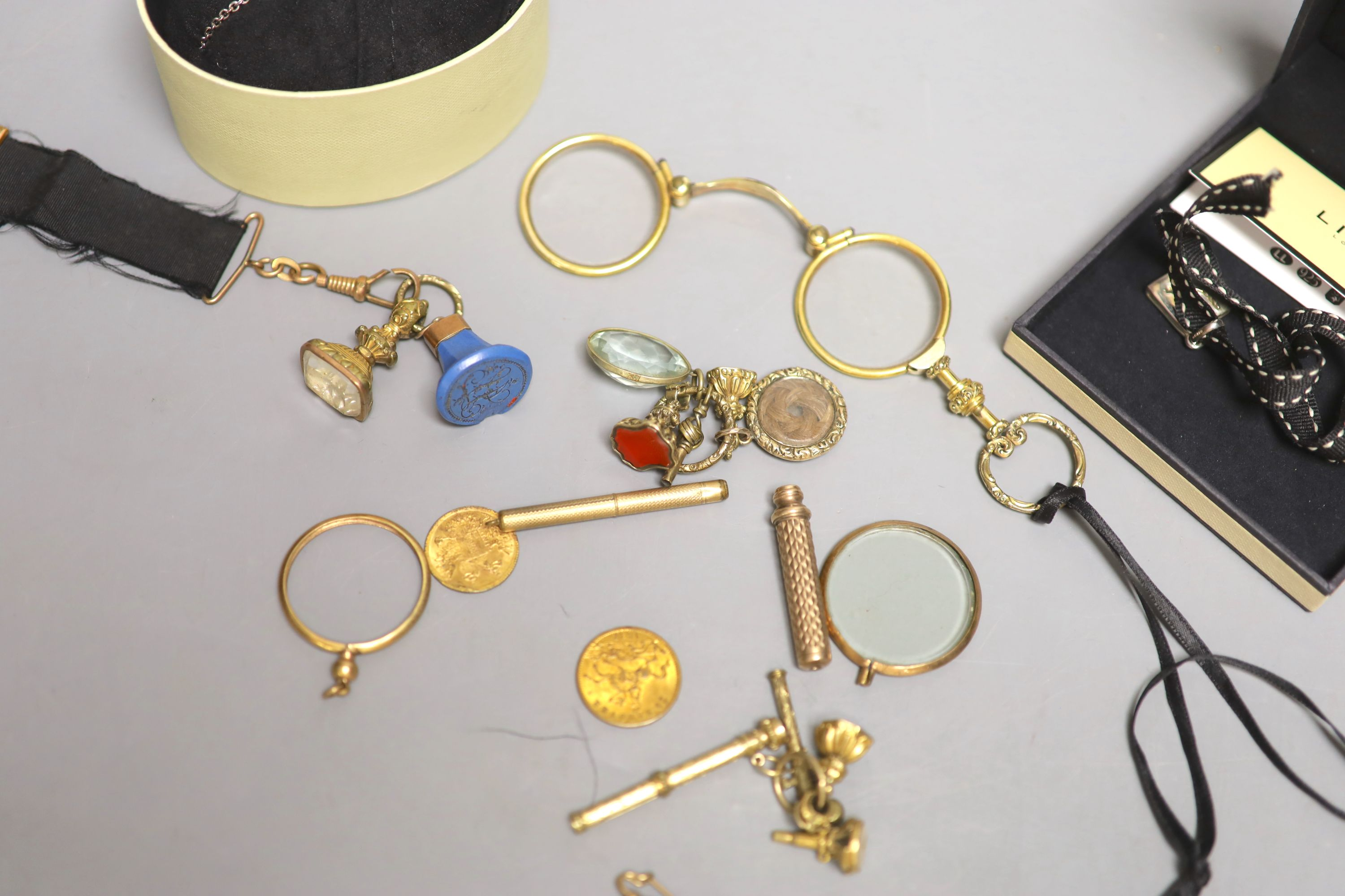 A small group of 19th century and later jewellery, including yellow metal overlaid and gilt metal - Image 4 of 6