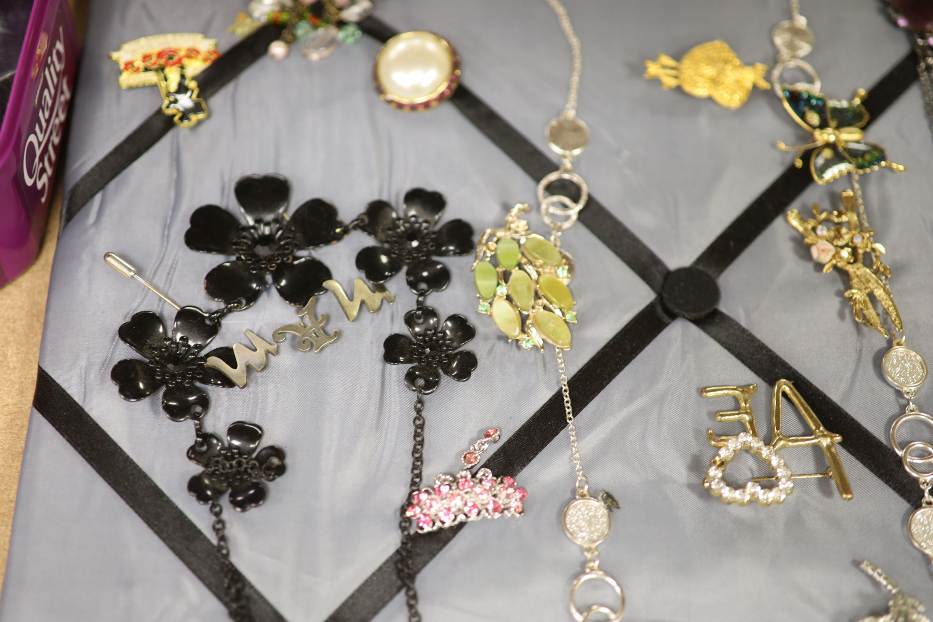 Assorted costume jewellery. - Image 6 of 6