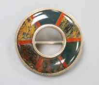 A Victorian yellow metal mounted Scottish hardstone circular brooch, 36mm, gross 14,3 grams.