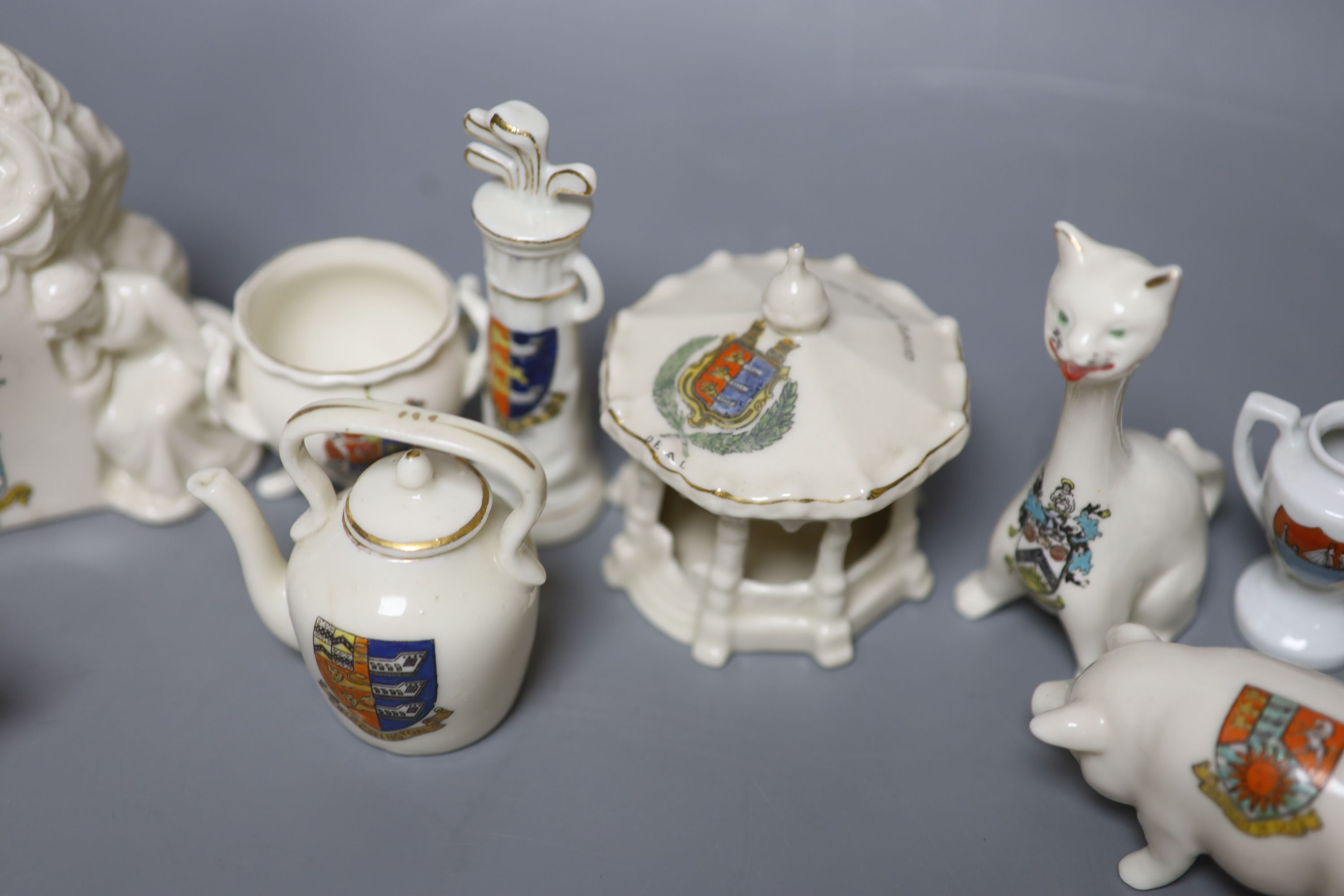 A small collection of crested china - Image 8 of 9