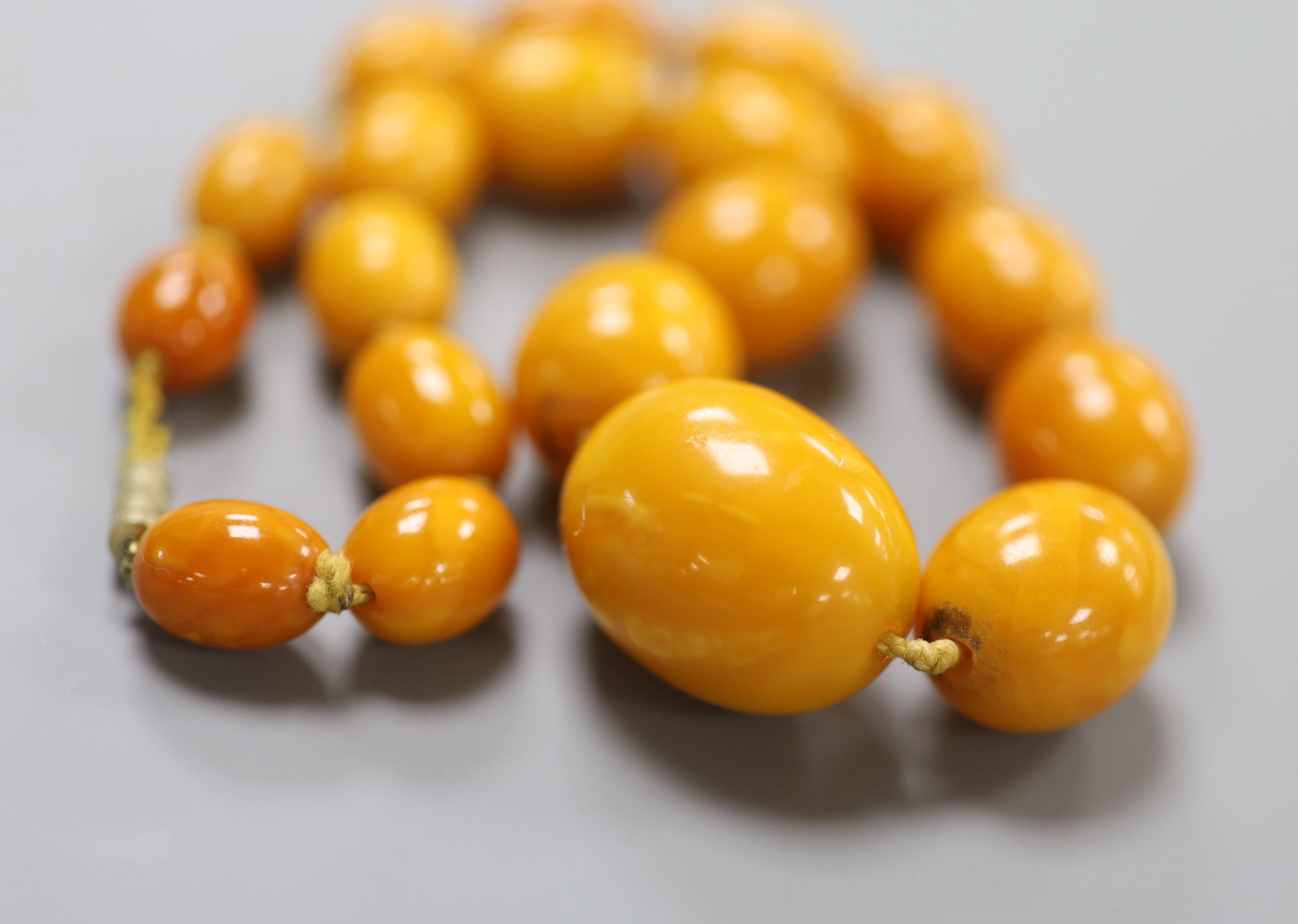 A single strand graduated oval amber bead necklace, 40cm, gross 46 grams.CONDITION: Largest bead