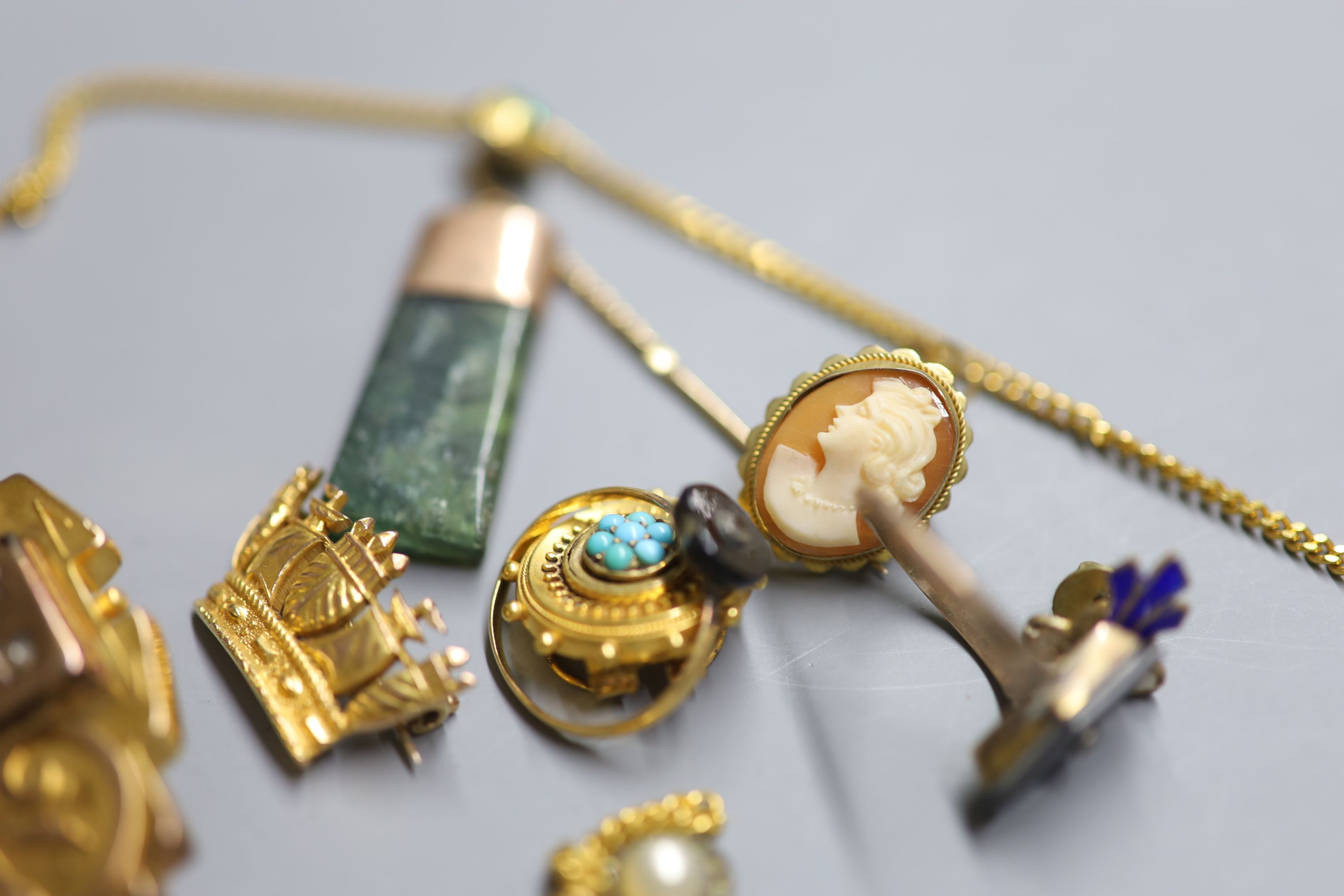 Assorted jewellery including a 9ct coronet brooch, 3.8 grams, a Victorian yellow metal mourning - Image 2 of 2
